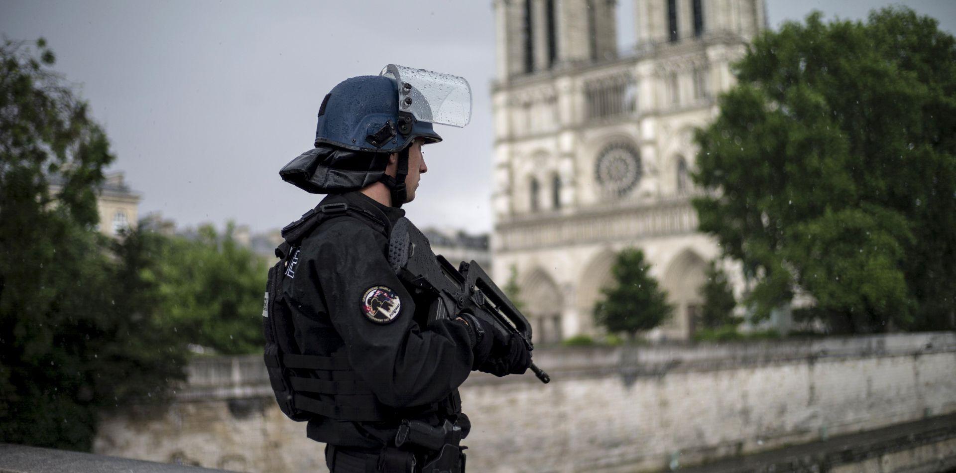PARIZ Automobil se zabio u vojnike, ozlijeđena najmanje šestorica