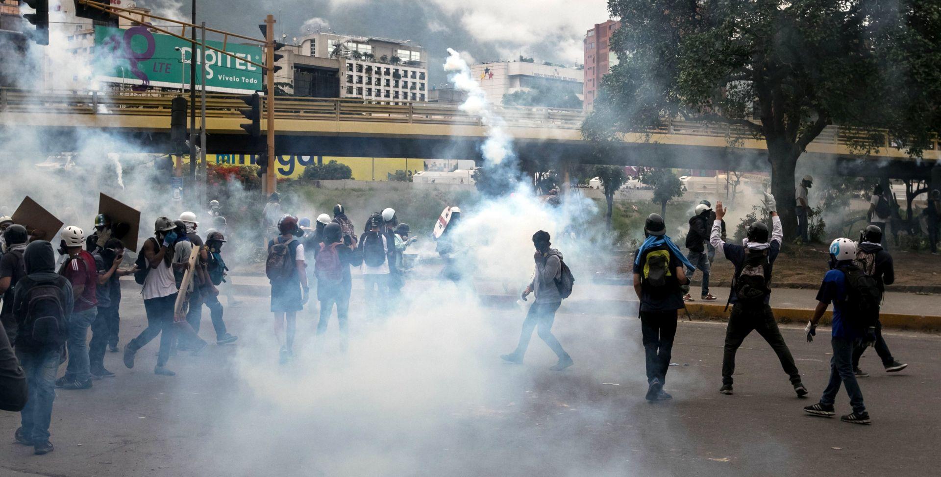 Maduro od pape Franje traži pomoć kako djeca ne bi sudjelovala u nasilnim prosvjedima