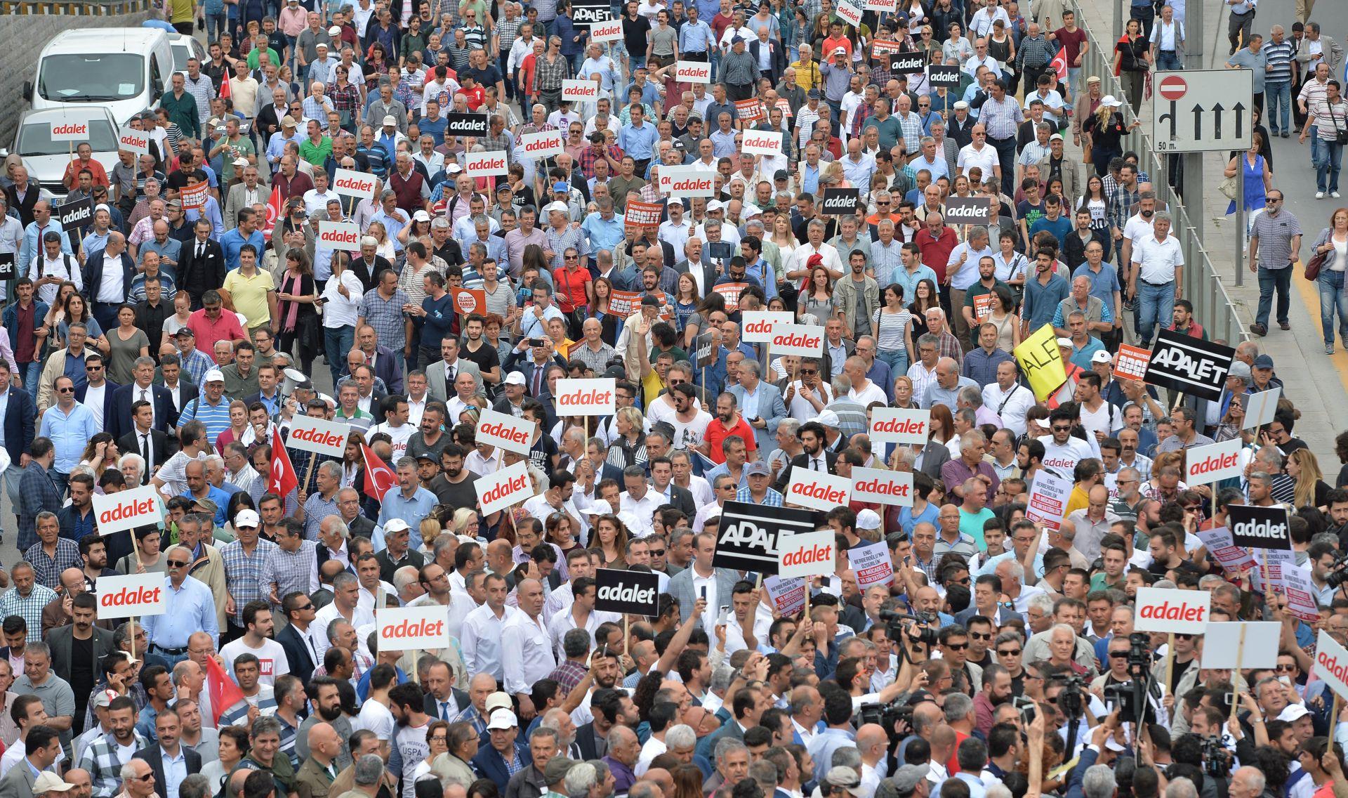 Tisuće Turaka prosvjeduju zbog presude oporbenom zastupniku