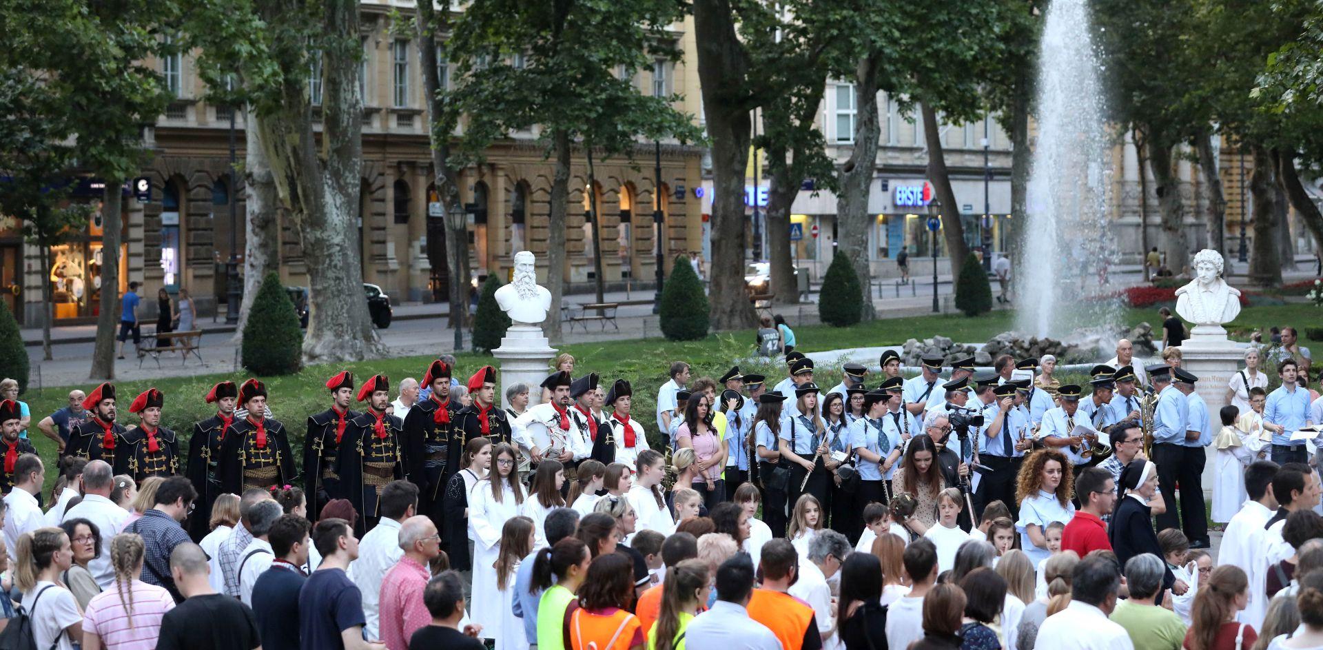 Počasna satnija Kravat pukovnije predvodila Tijelovsku procesiju u Zagrebu