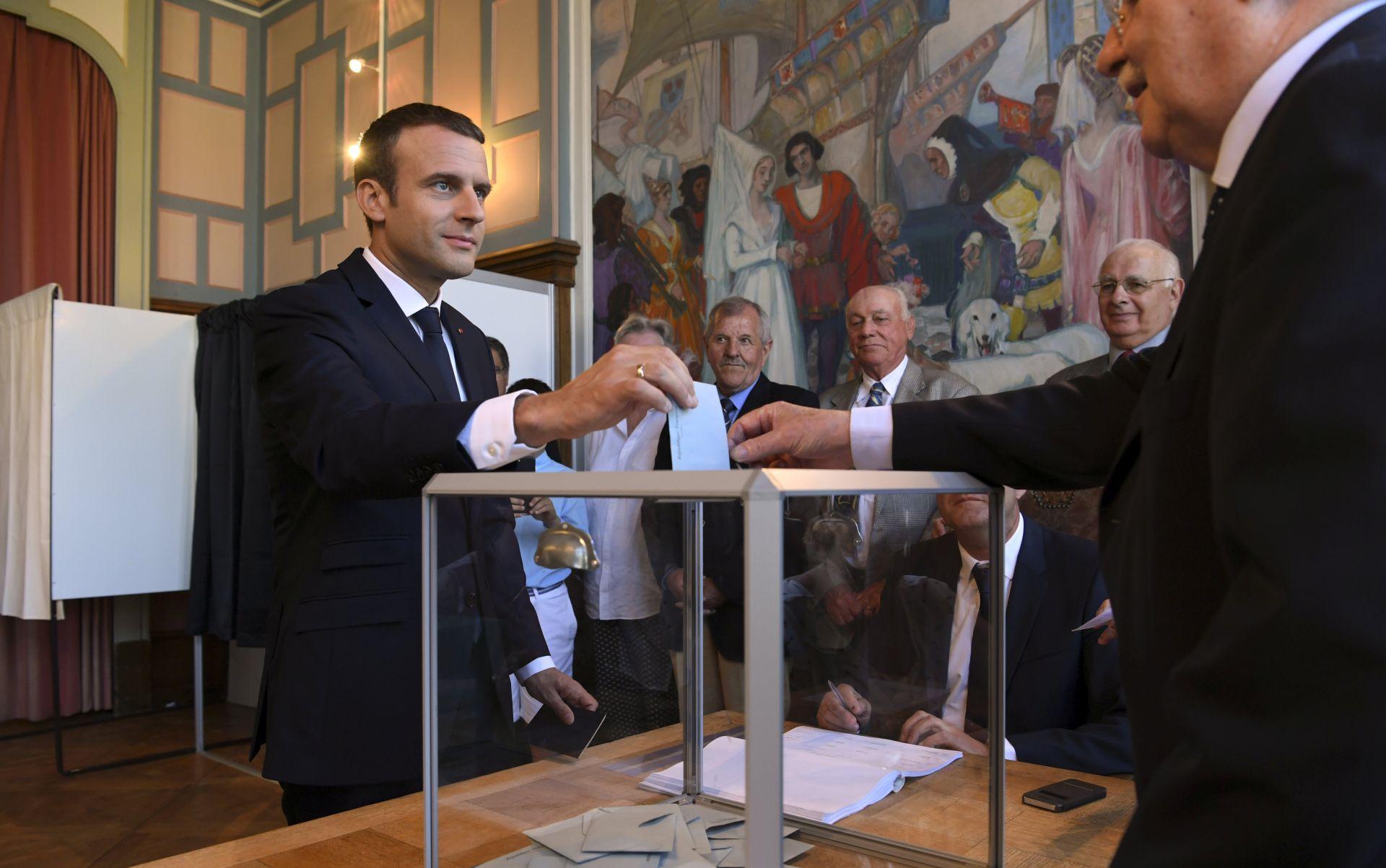 Macron i saveznici osvojili najmanje 301 mjesto u francuskom parlamentu