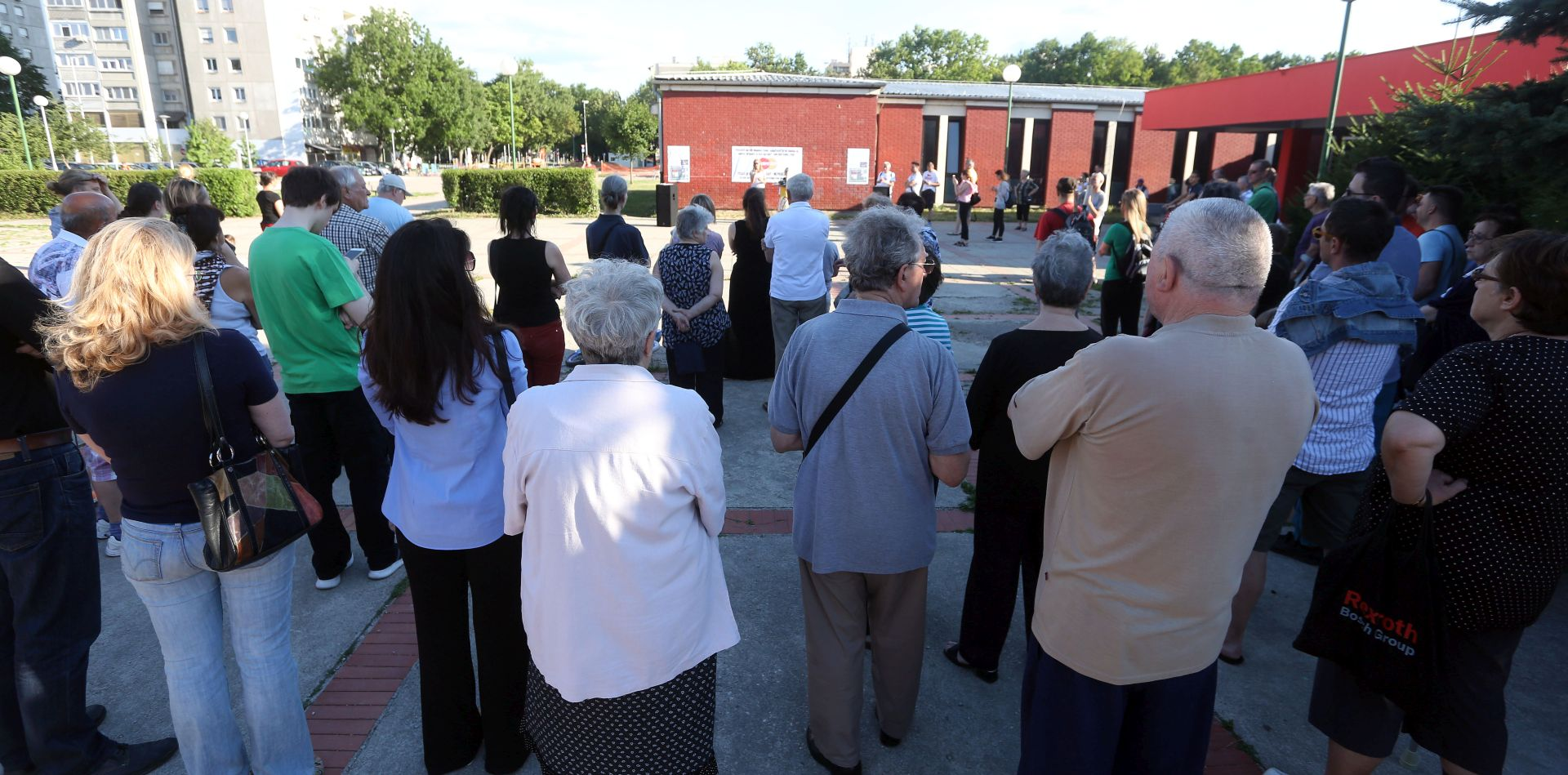 Okupljanje građana u zagrebačkom Travnom zbog ograde oko OŠ Gustava Krkleca