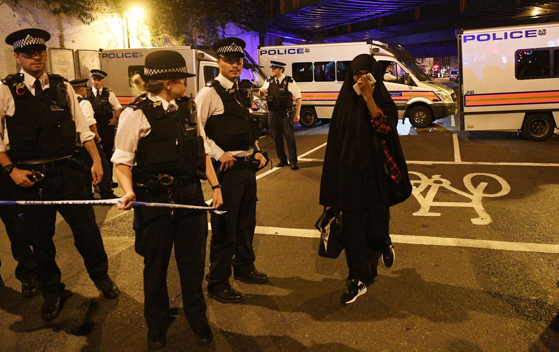 NAPAD U LONDONU Kombi se zabio u muslimane koji su izlazili iz džamije, ima mrtvih