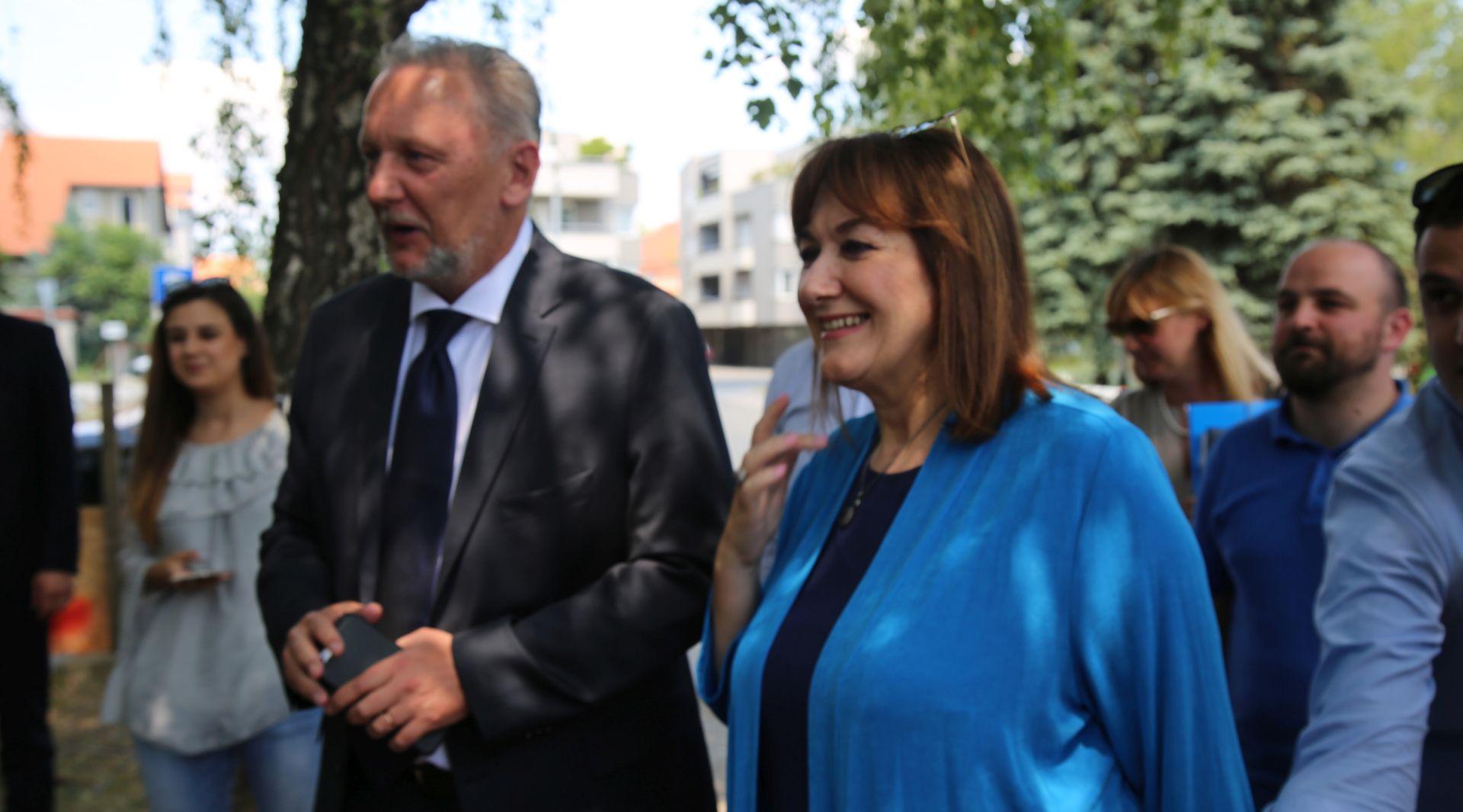 IZBJEGLICE NEZADOVOLJNE SMJEŠTAJEM U PORINU Majka s djetetom stala pred ministrov auto