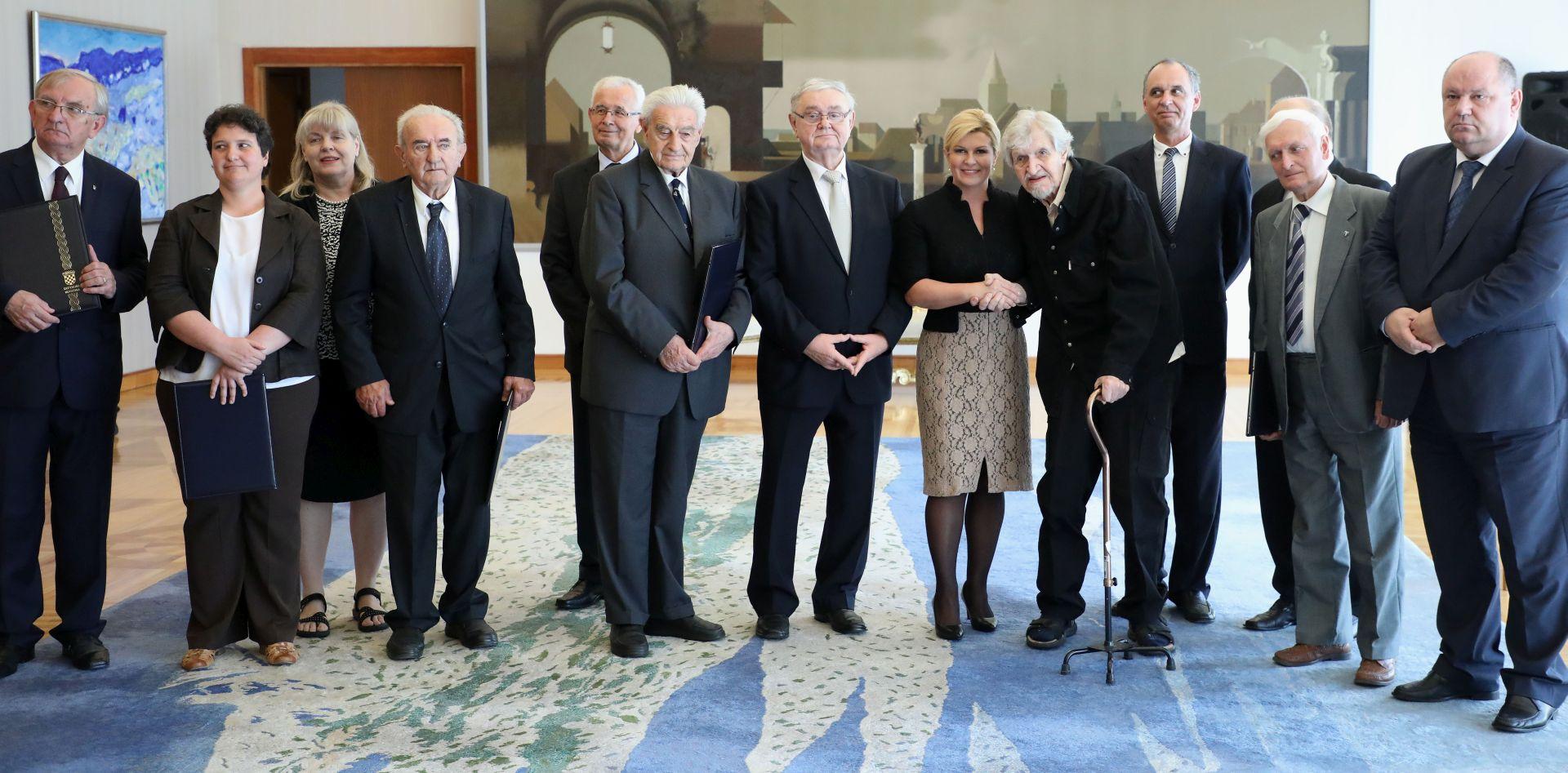 Predsjednica uručila povelju zahvalnosti Matici hrvatskoj u prigodi 175. obljetnice utemeljenja i 50. obljetnice Deklaracije o hrvatskom jeziku