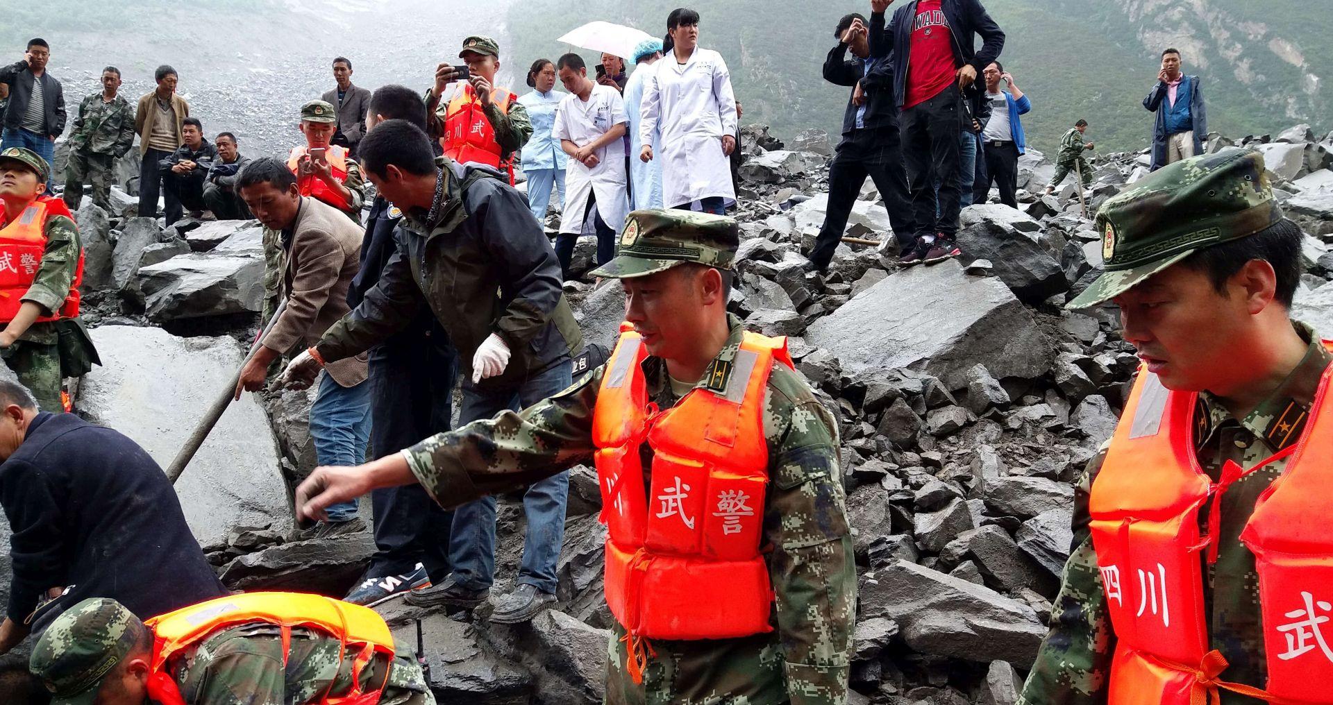 KINA Najmanje 140 osoba zatrpano klizištem, na selo palo više desetaka tona kamenja