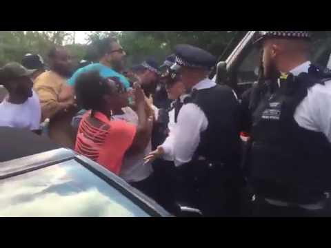 VIDEO: Prosvjednici okružili auto britanske premijerke i urlali uvrede