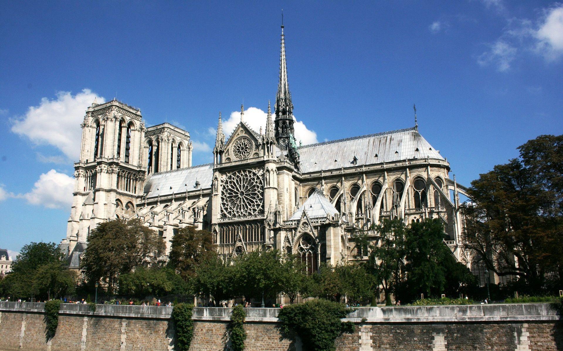 PARIZ Napadač s čekićem upucan ispred Notre Dama