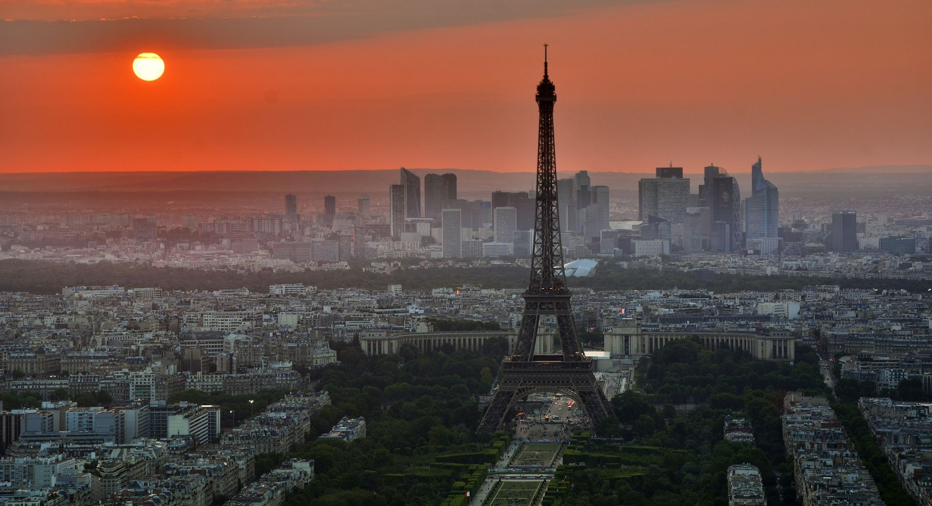 Eiffelov toranj u nedjelju navečer u mraku u spomen na žrtve londonskog napada