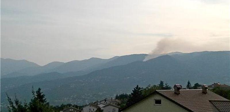 Veliki požar kod Podgore širi se prema Parku prirode Biokovo, obranjene kuće Podgorana