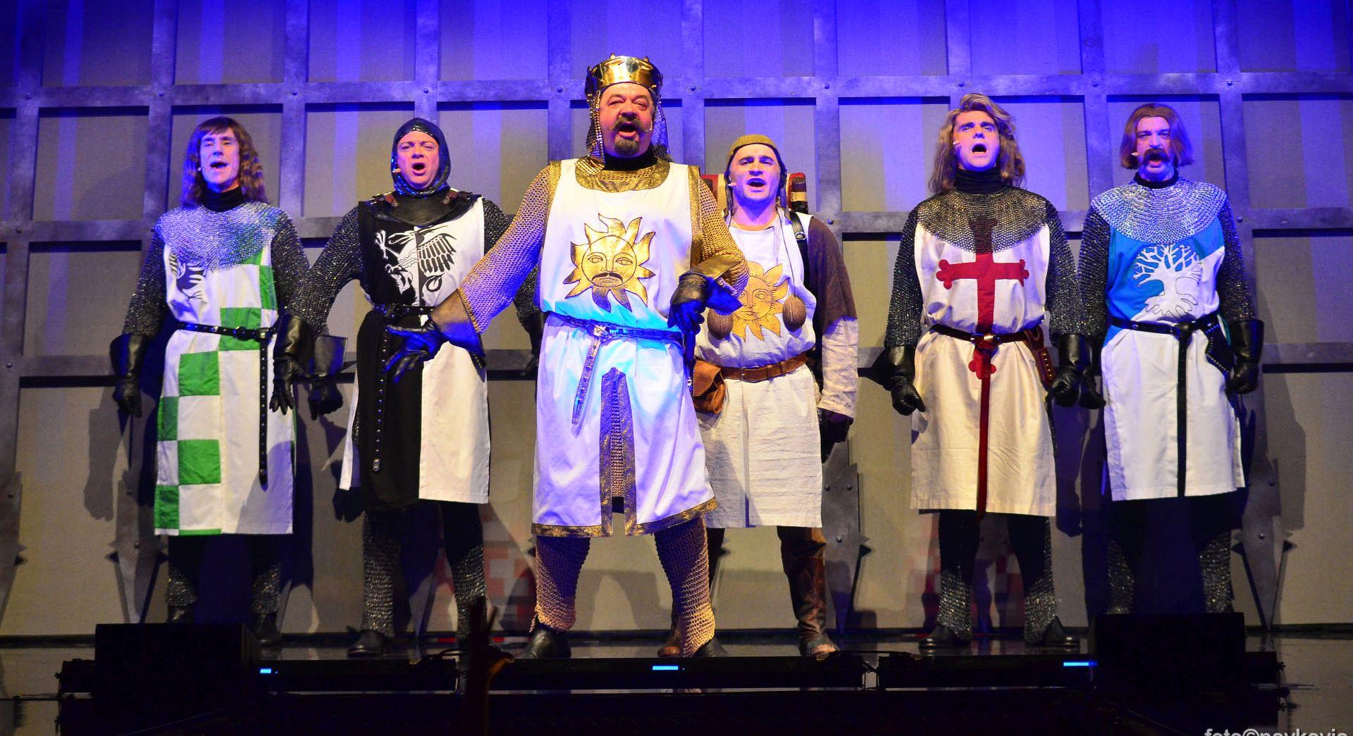 Komični pajtonovski mjuzikl 'Spamalot' na Ljetnoj pozornici u Opatiji
