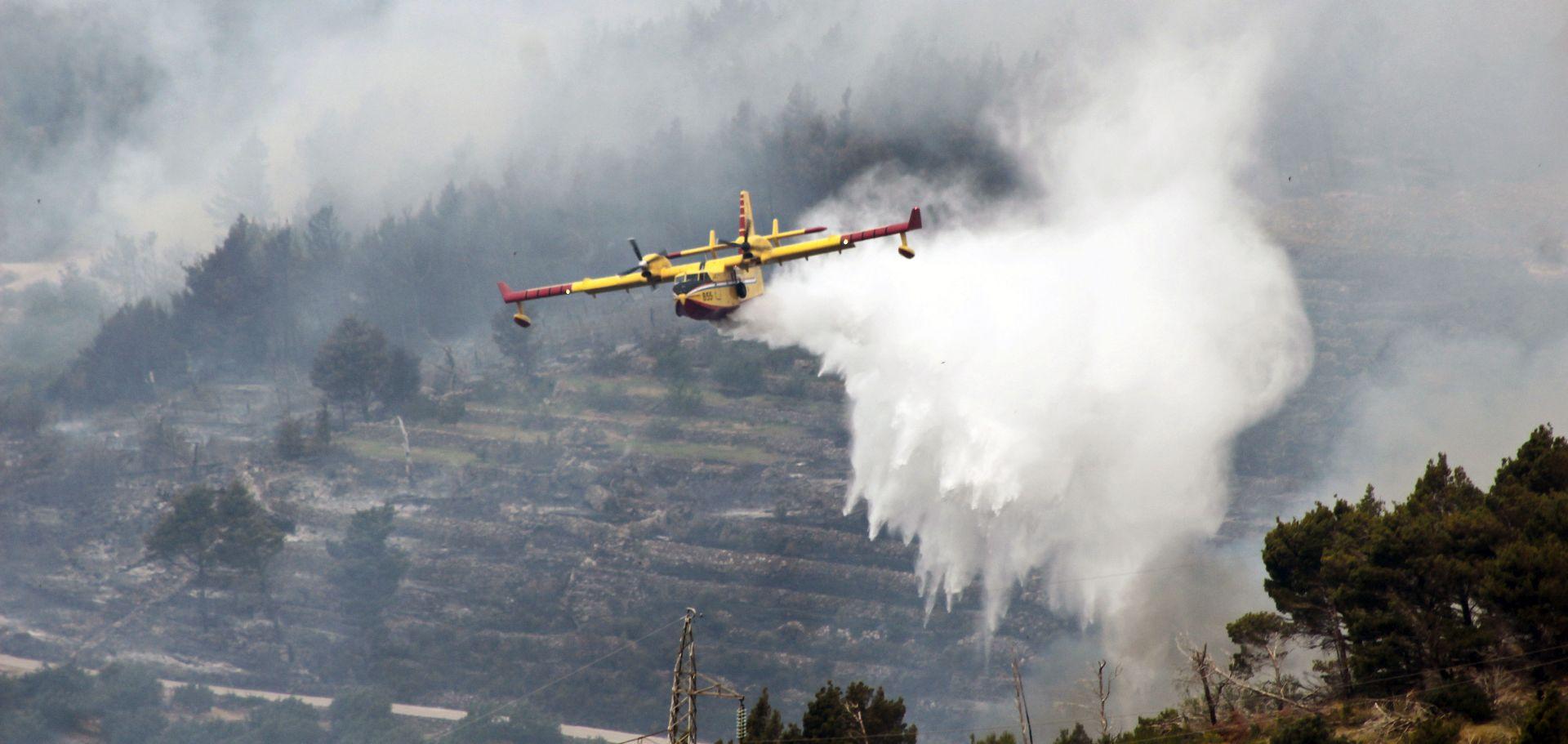 MORH Zračne snage gase požare u Zadarskoj županiji, Braču i na Prevlaci
