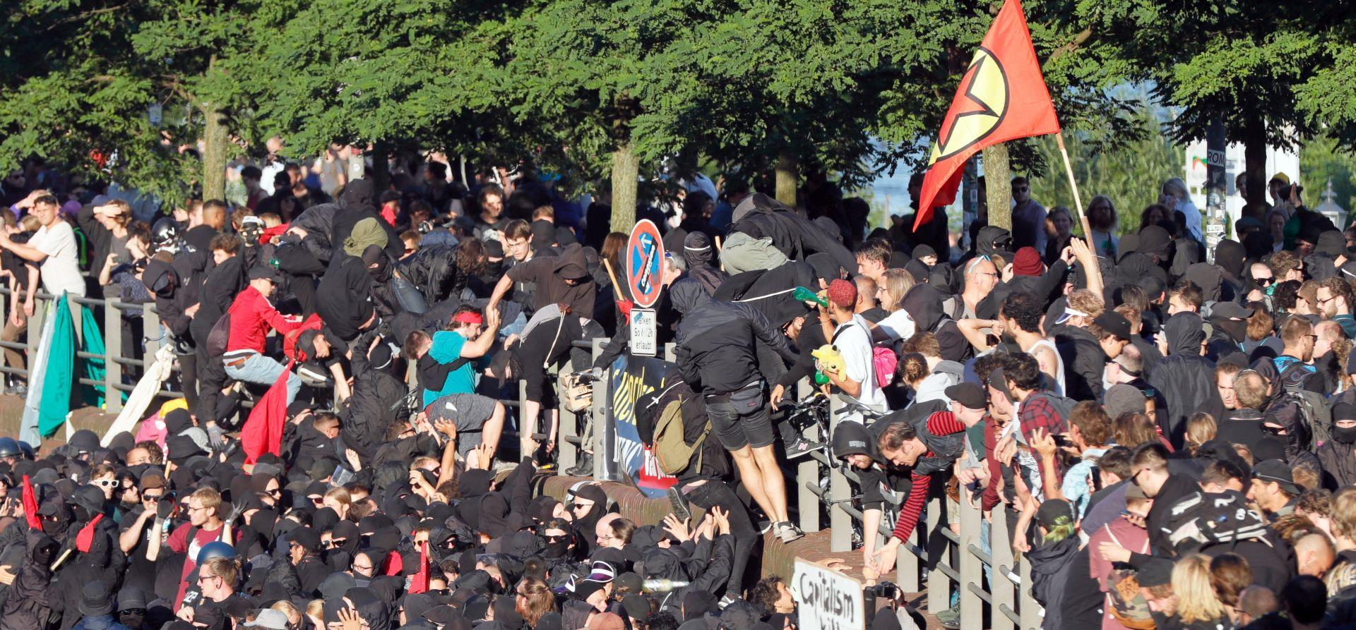 HAMBURG U sukobu s prosvjednicima G20 ozlijeđeno 76 policajaca