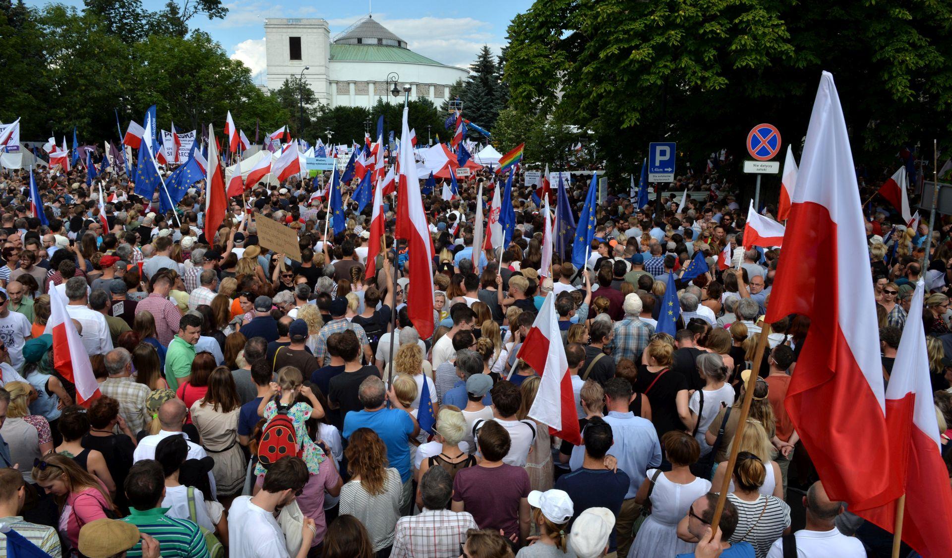 Poljska oporba prosvjeduje zbog pravosudnih reformi konzervativne vlade