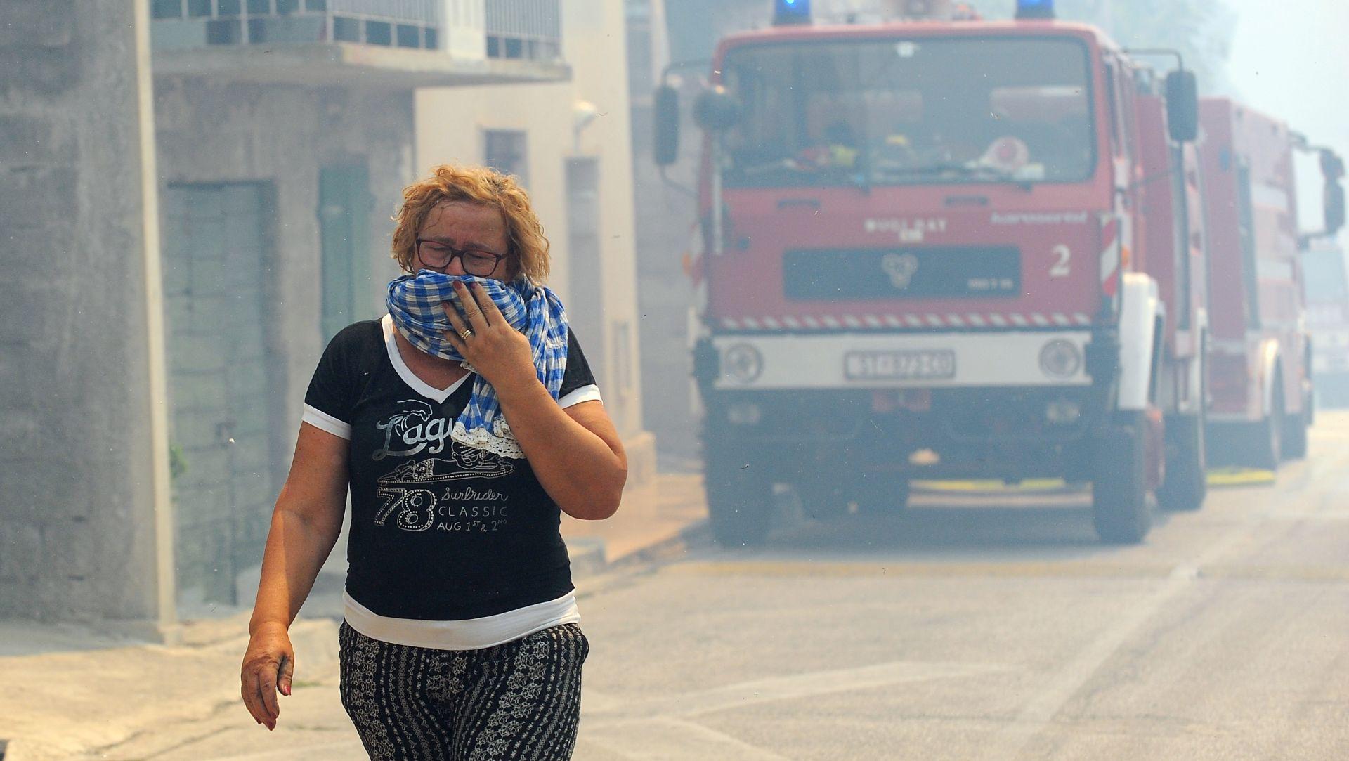 Kanaderi pomažu u gašenju požar u Srinjinama
