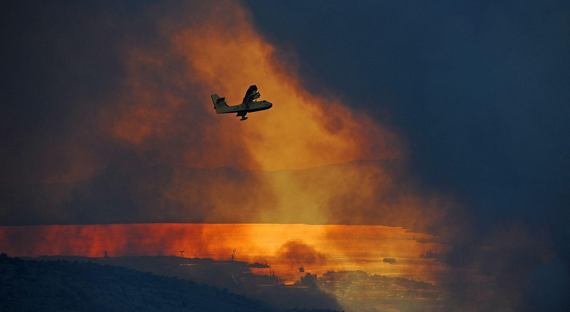 Požar kod Kistanja širi se potpomognut vjetrom, na terenu dodatne snage