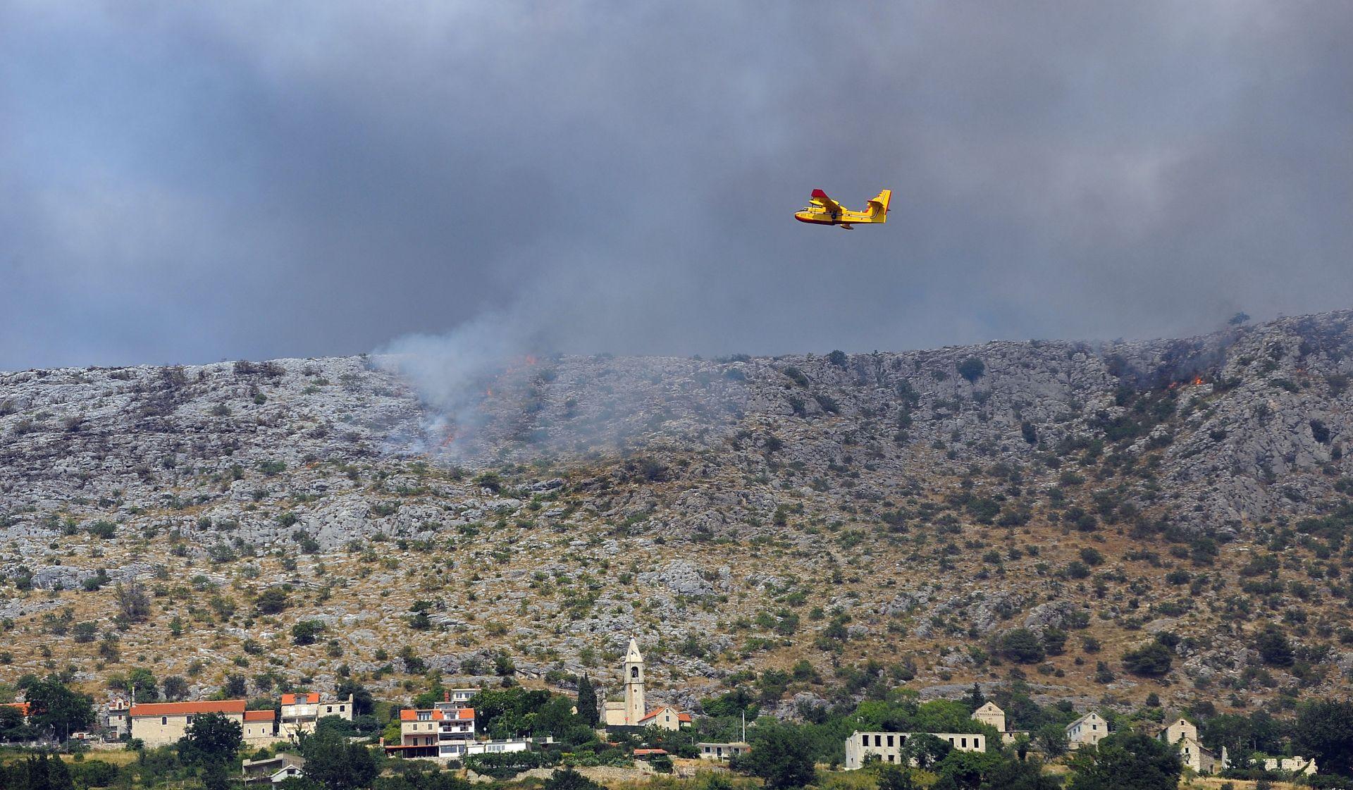 VIDEO: Požar na Braču brzo se širi, angažirane sve vatrogasne snage s otoka