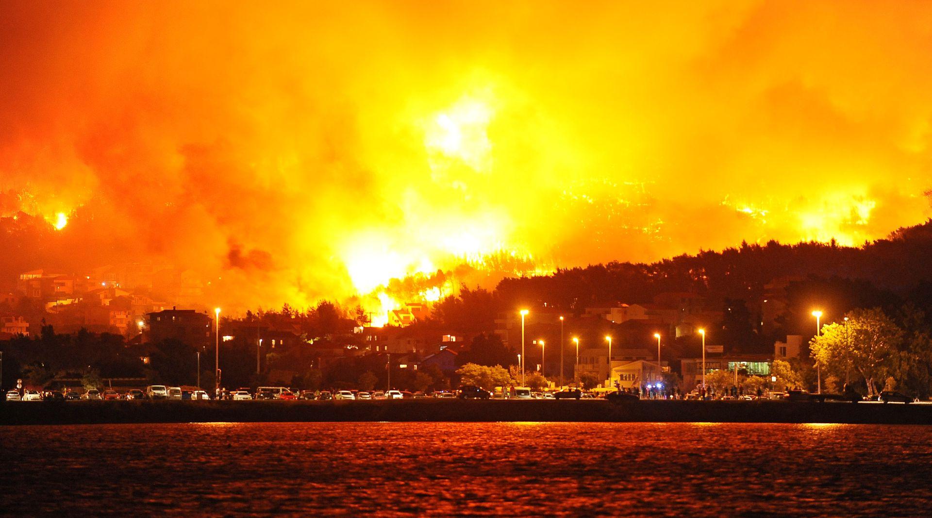 UŽIVO: Požar stigao na 100 metara od kuća u Srinjinama, ponovno se diže vjetar
