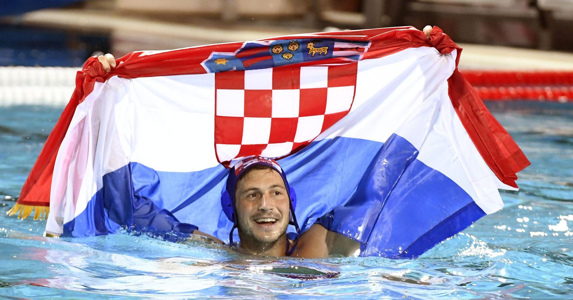 FOTO: STIŽU ČESTITKE IZ NOGOMETNOG SVIJETA Rijeka, Dinamo i Hajduk čestitali zlatnim vaterpolistima