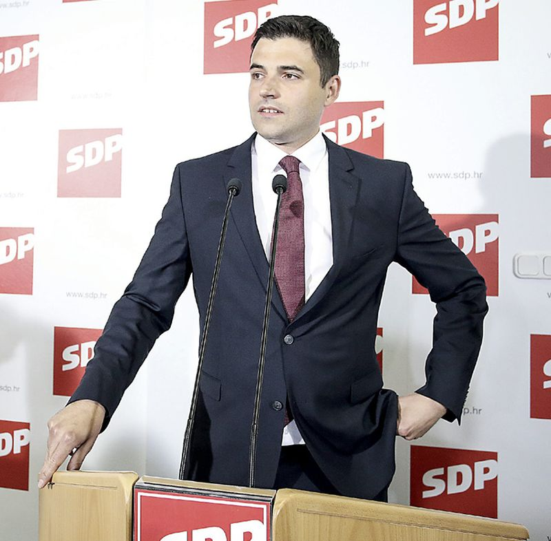 Bernardića kolege optužuju za kokošarenje i ulagivanje Mostu