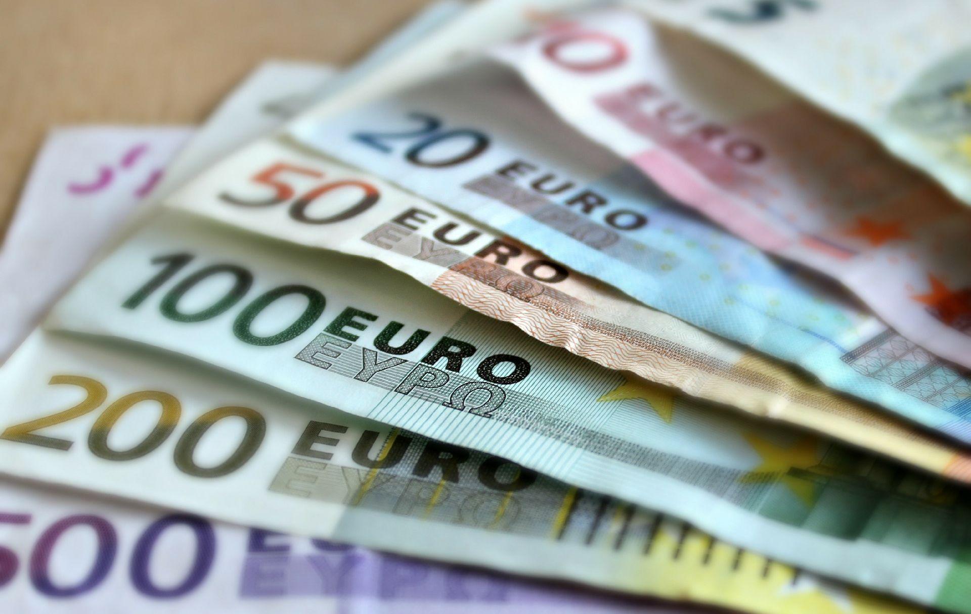Trinaestogodišnji Nijemac prolaznicima podijelio tisuće eura