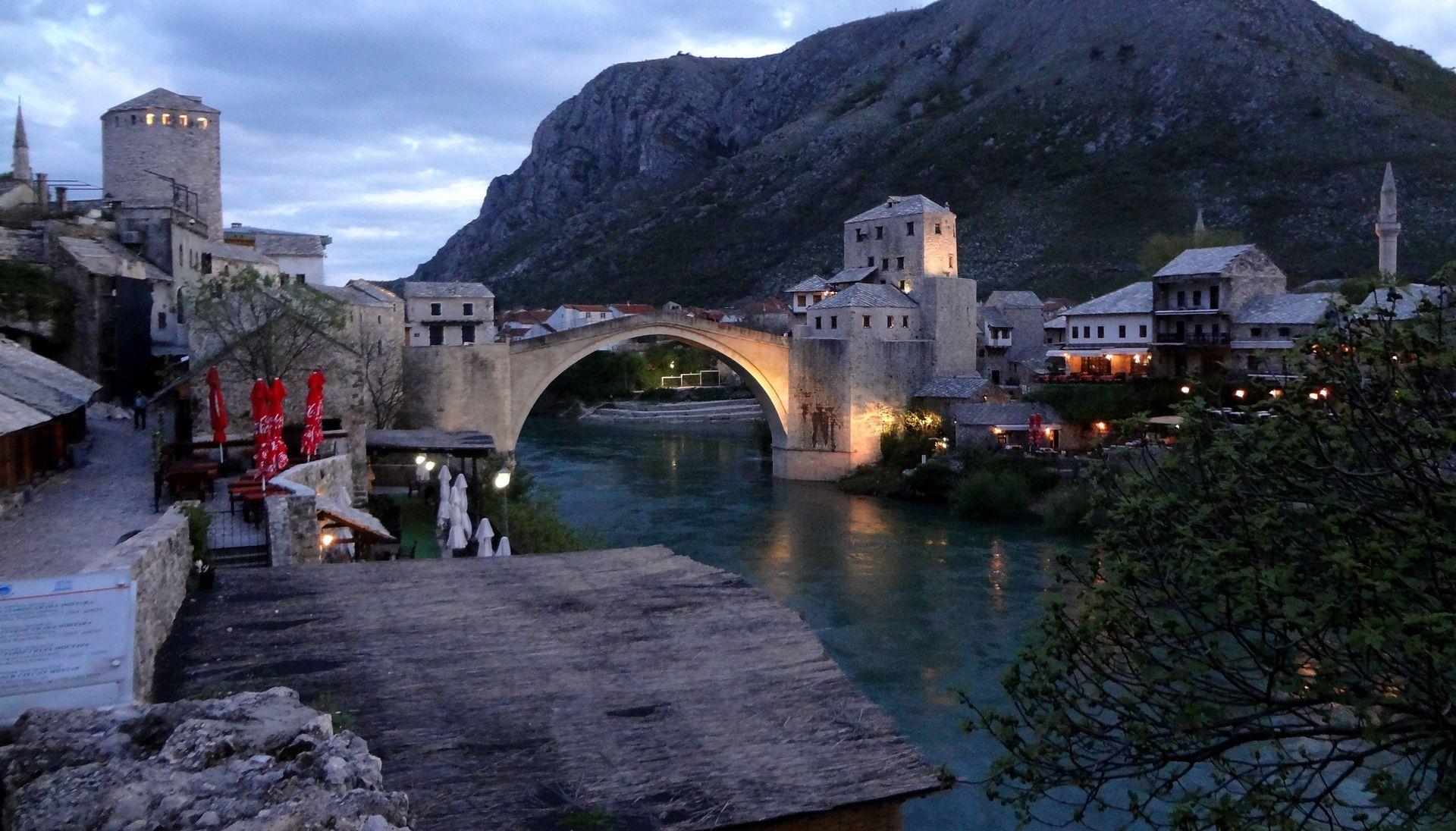 VIDEO: Napadnuti škotski navijači u starom dijelu Mostara