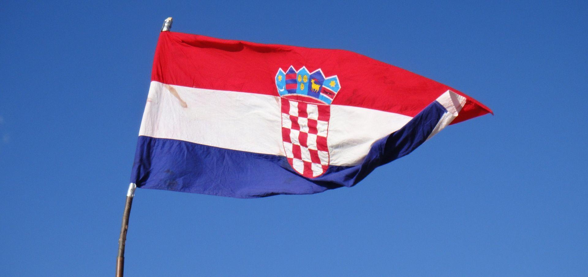 VOJNIĆ Sa zgrade trgovačkog društva skinuta i uništena hrvatska zastava