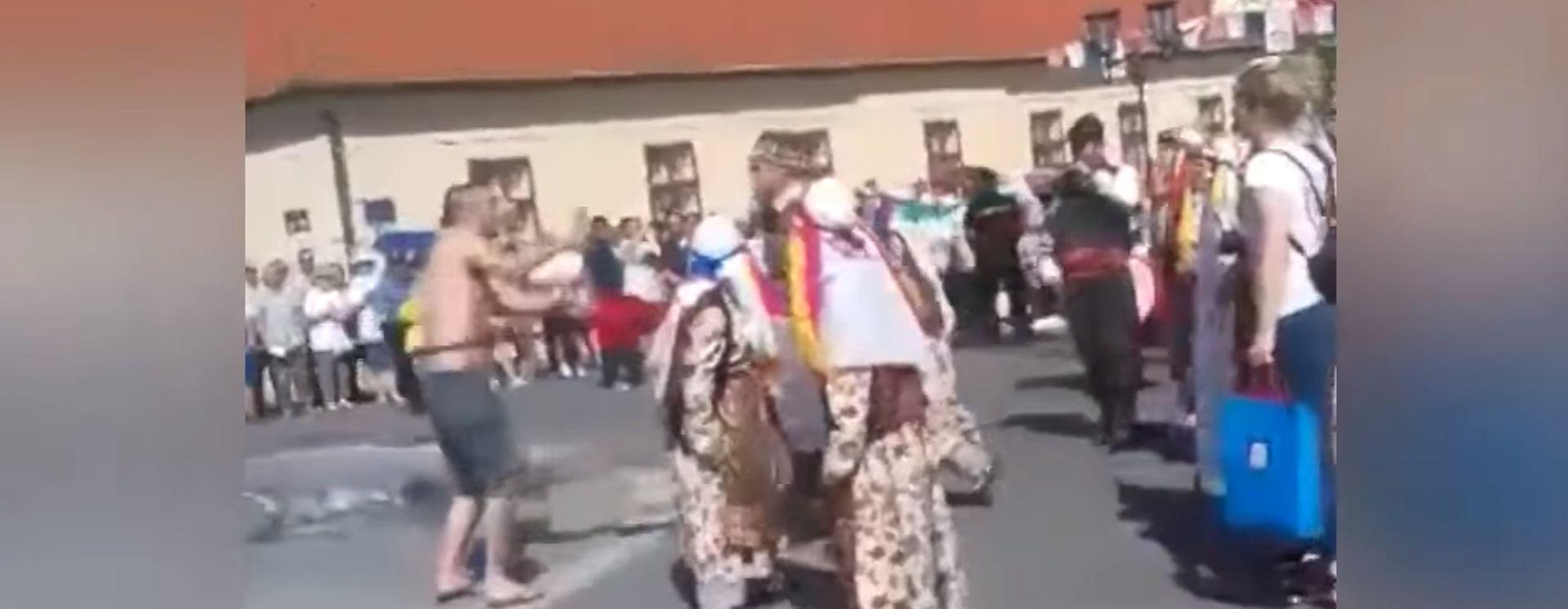 VIDEO: PRVI INCIDENT U POVIJESTI ĐAKOVAČIH VEZOVA Uletio u povorku i gostima iz Turske otrgnuo zastavu