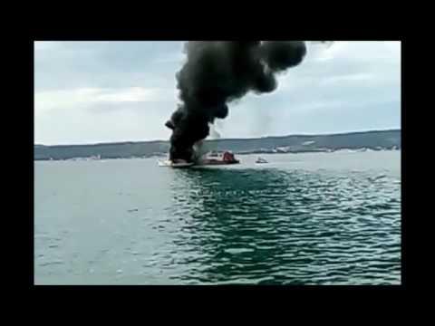 VIDEO: Jedrilica potpuno izgorjela u marini u Kaštelima