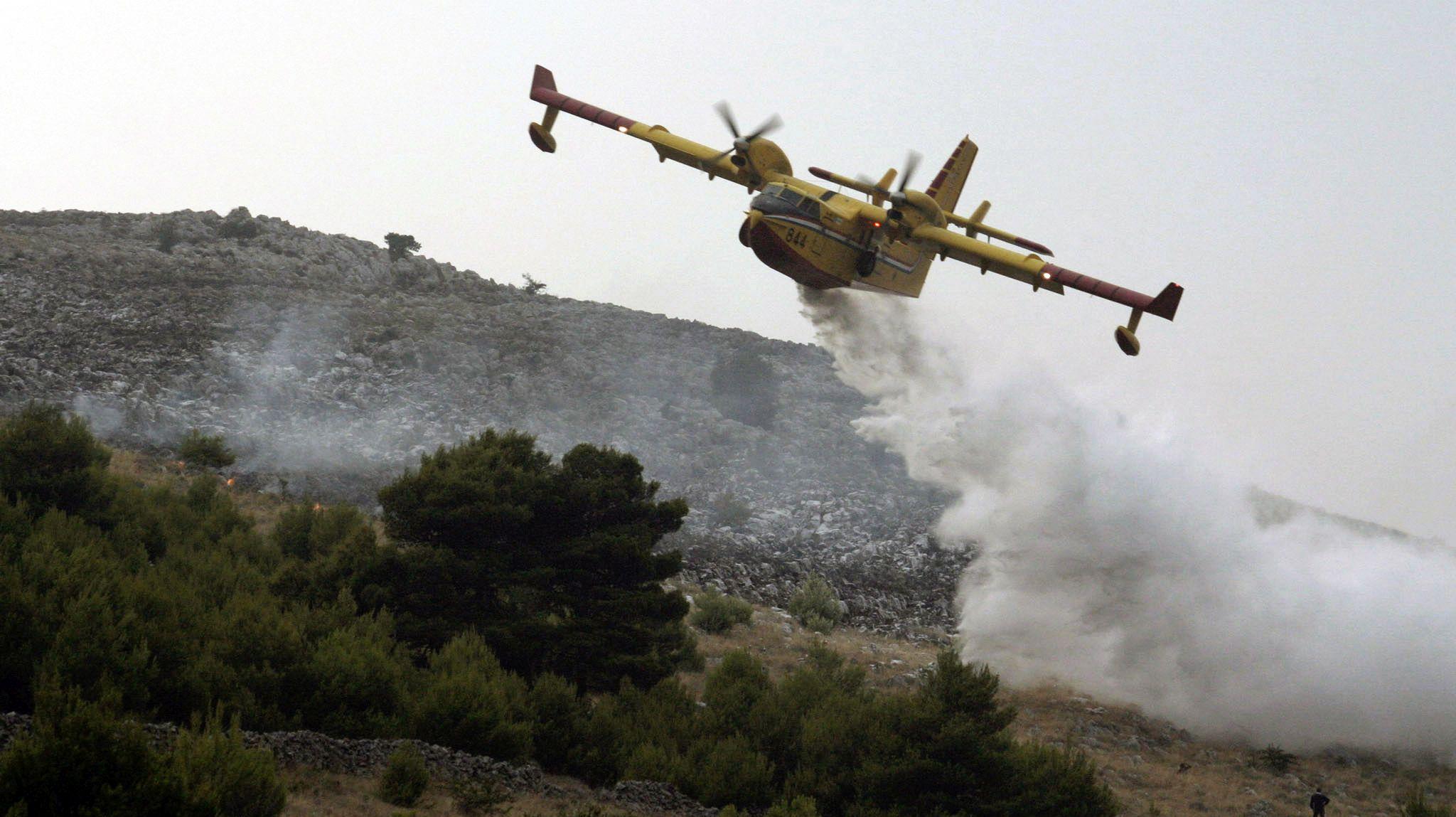 NA RUBU SNAGA Borbu s požarom kod Kistanja vodi šest protupožarnih aviona
