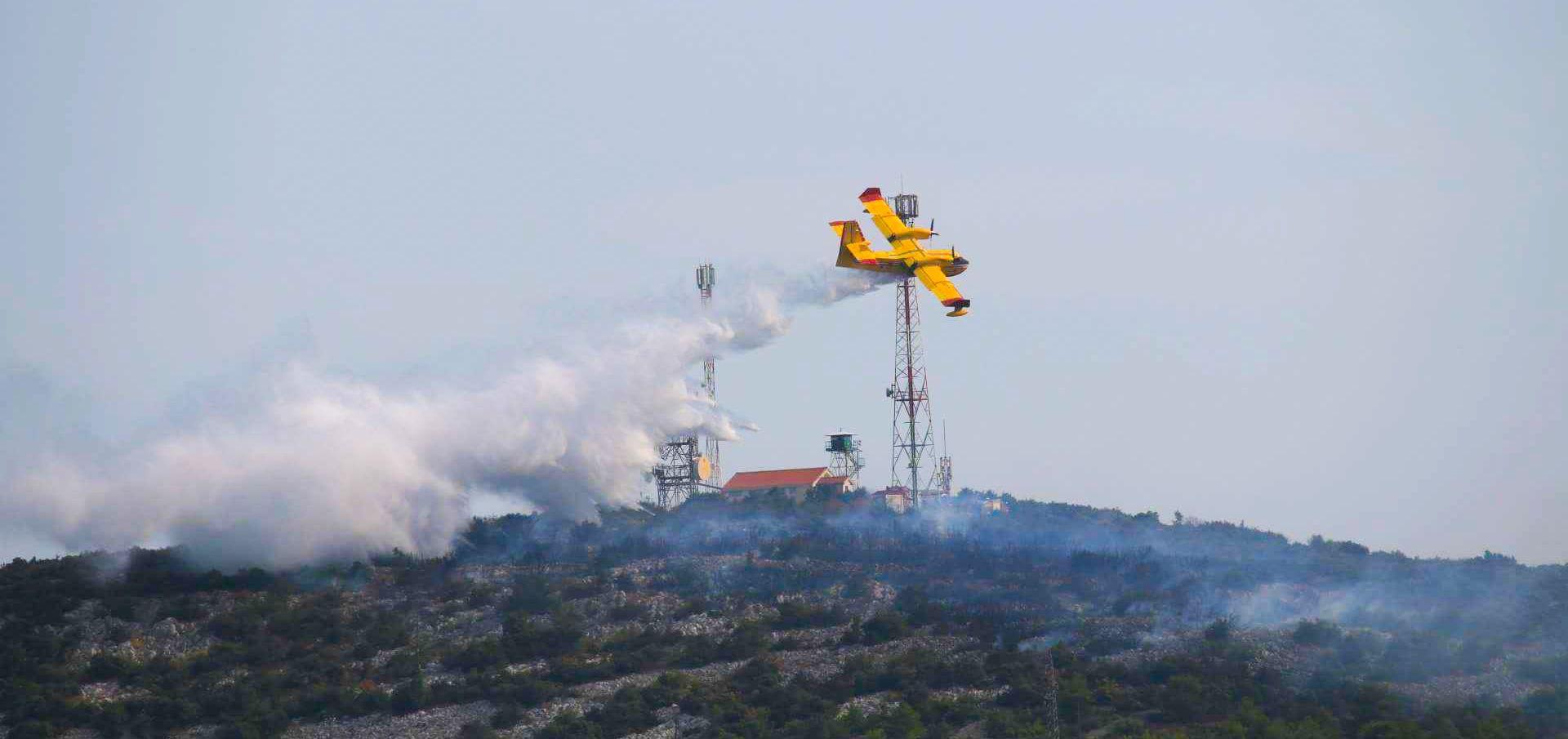 Kanader jutros gasio požar na Velebitu
