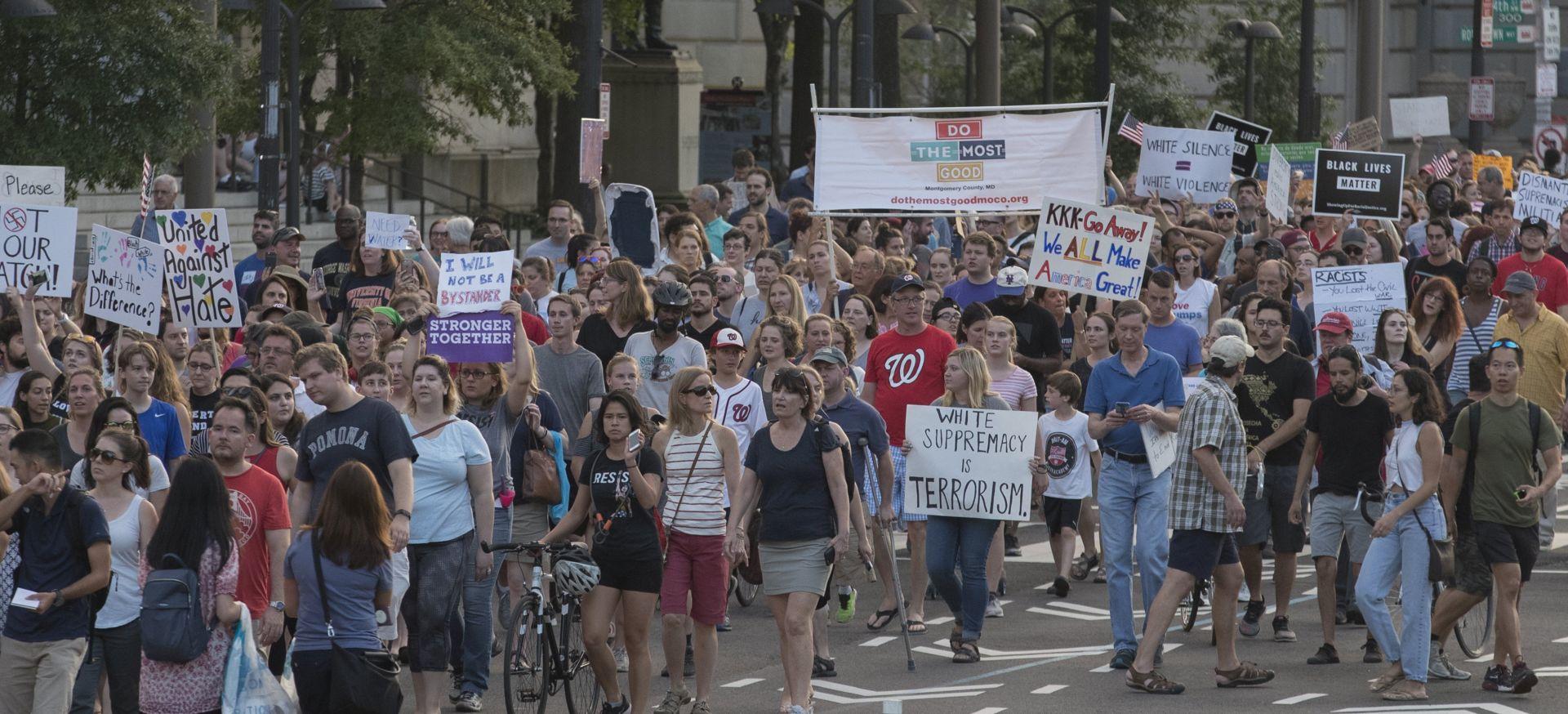 Republikanci se distanciraju od Trumpovih izjava, May poziva na osudu ekstremista