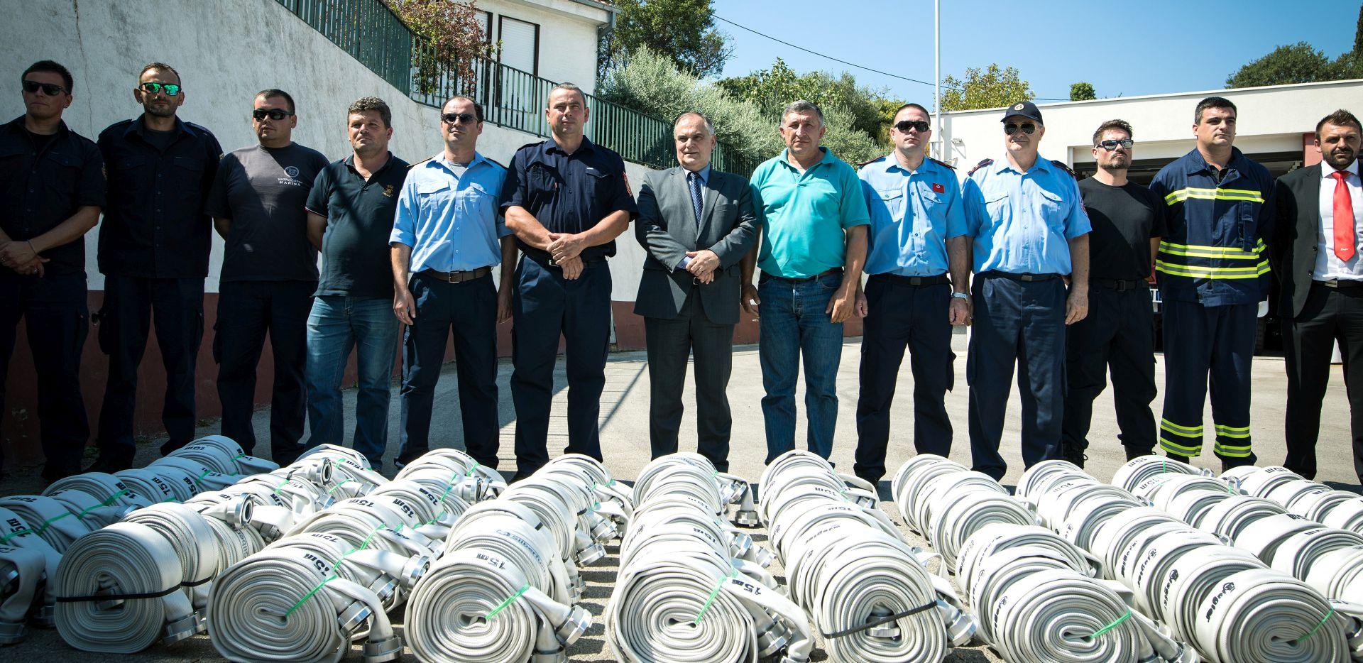 Vatrogasci Splitsko-dalmatinske županije dobili 100 vatrogasnih cijevi