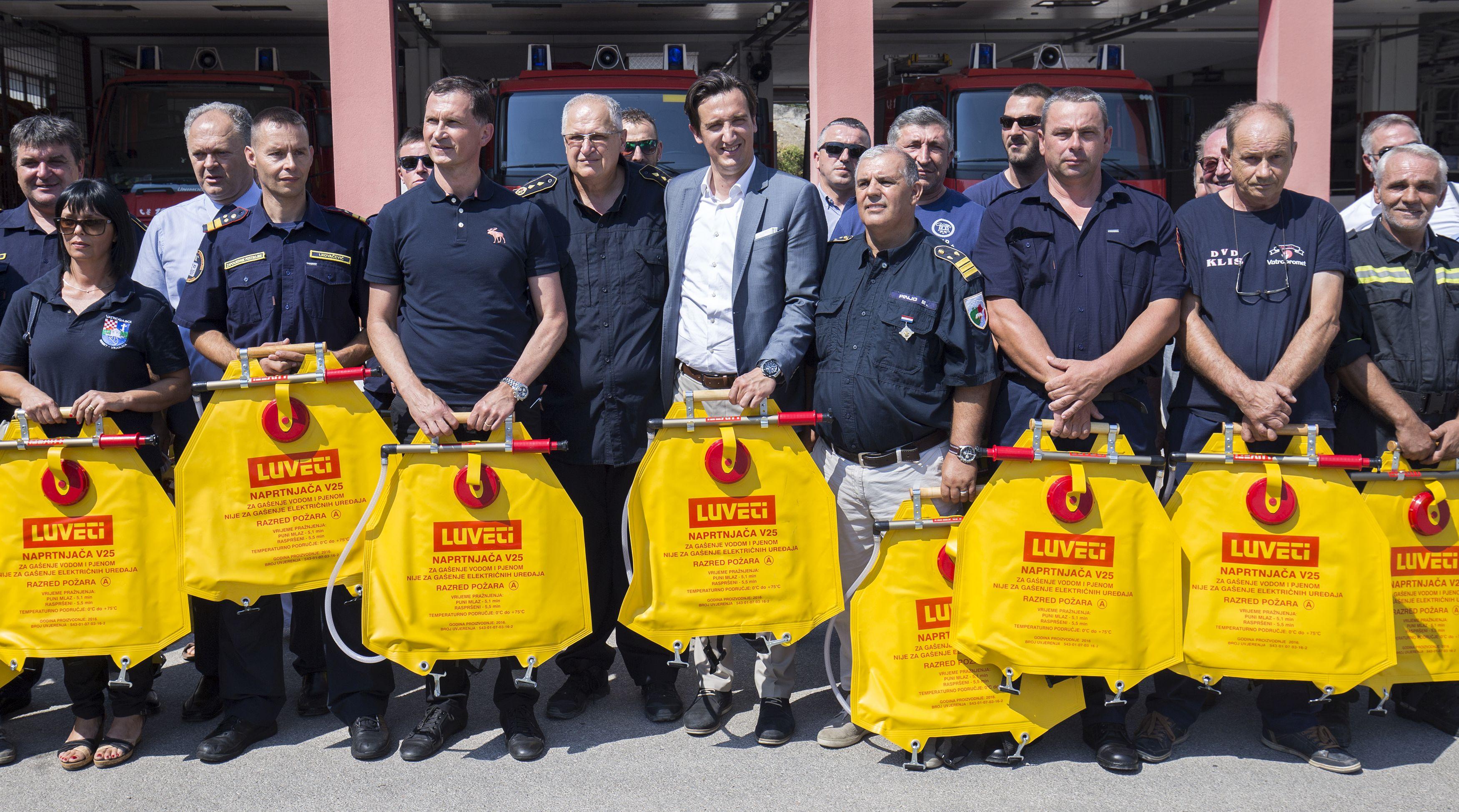 Udruga Cro Unum vatrogascima donirala 130 naprtnjača
