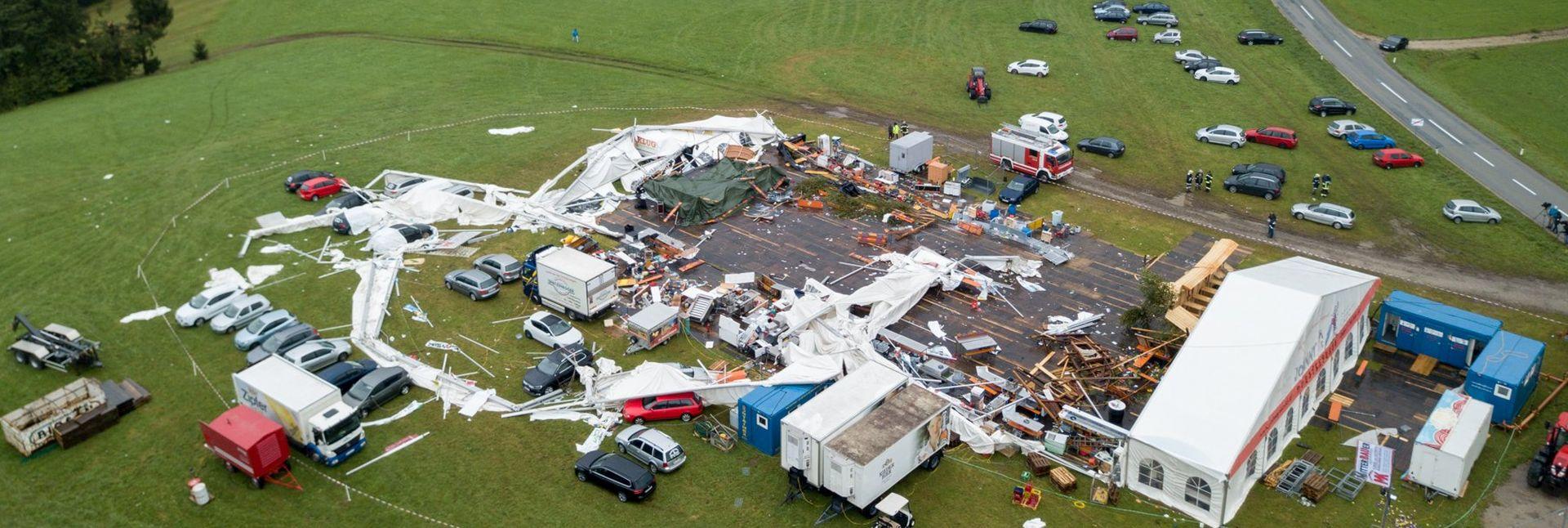 FATALNA VATROGASNA ZABAVA Dvoje mrtvih i 120 ranjenih u snažnoj oluji u Austriji