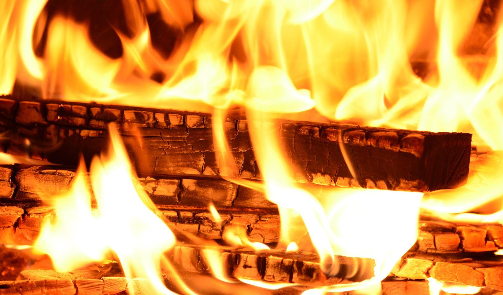 POŽAR U DICMU Izgorjela stara kuća puna otpada