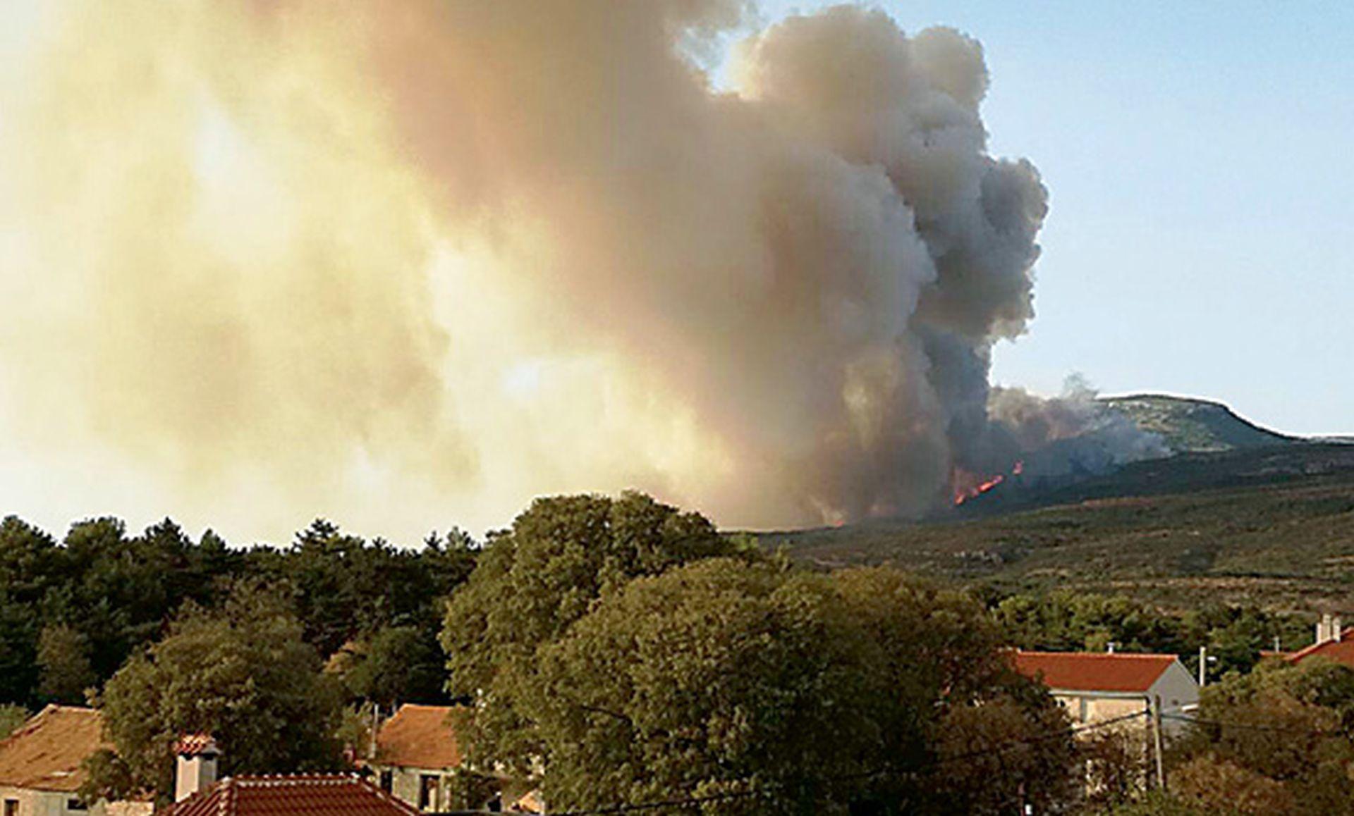 Vatrena stihija ispred Drniša, sumnja se na serijska podmetanja požara