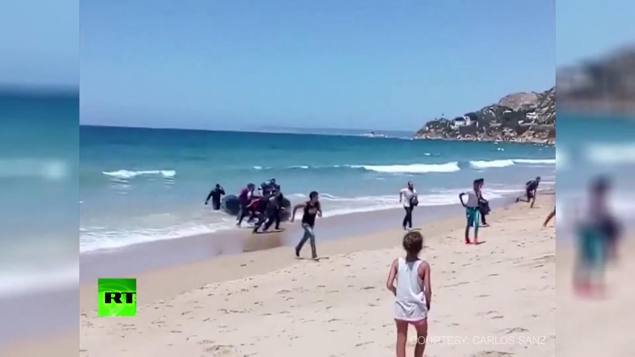 VIDEO: Migranti se iskrcali na prepunoj plaži u španjolskom ljetovalištu