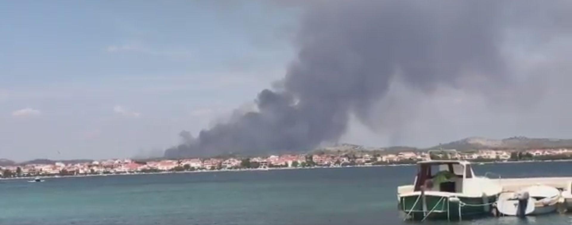 PLANULO U ZALEĐU ŠIBENIKA Na terenu više od 50 vatrogasaca, požar gase kanaderi i Airtractori