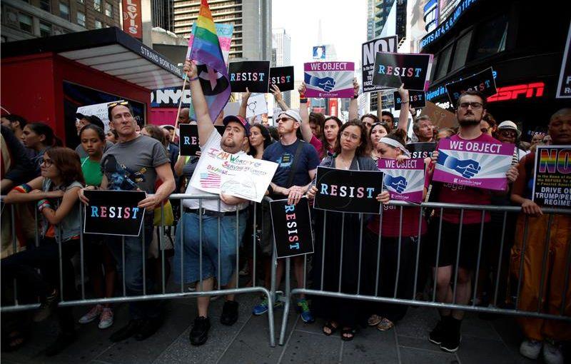 Trump tužen zbog zabrane služenja transrodnim osobama