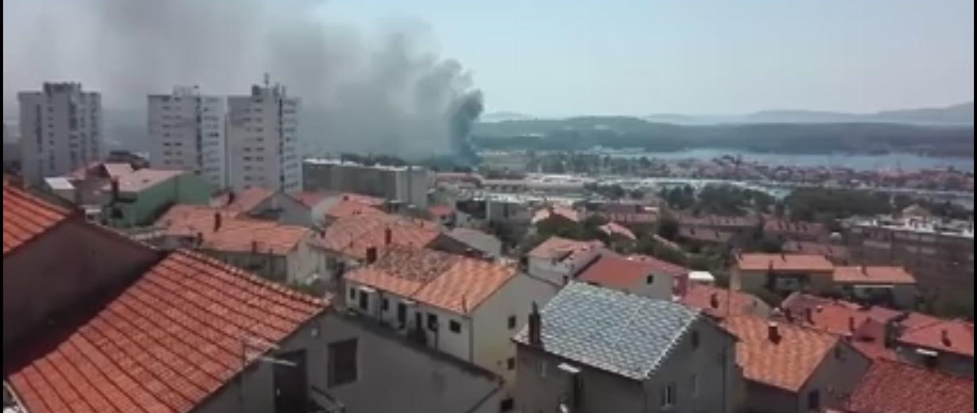VIDEO: ŠIBENIK Buknuo požar u skladištu NCP-a, dim prekrio grad