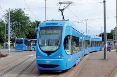 Muškarac se automobilom zabio u tramvaj pa škarama napao ZET-ovca