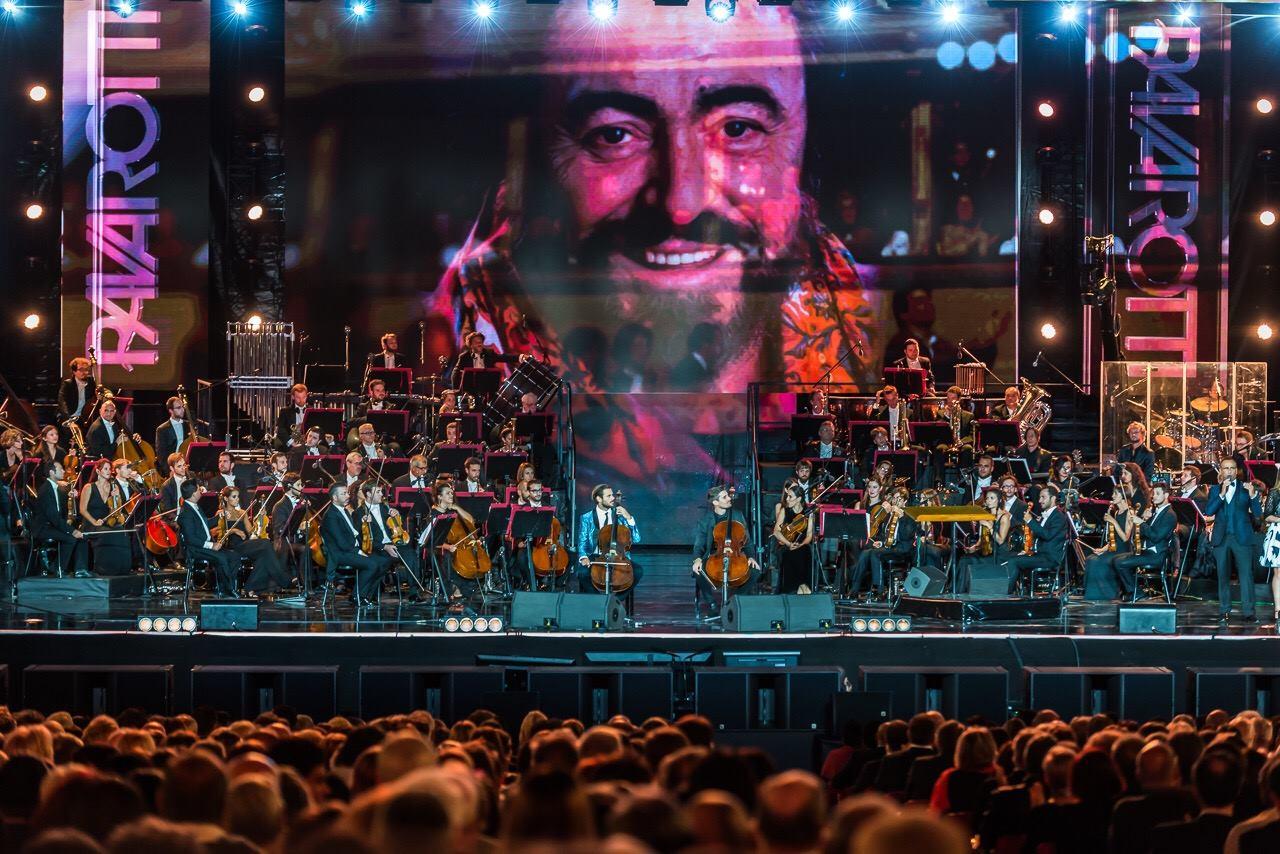 FOTO: 2CELLOS odali počast Pavarottiju i još jednom oduševili publiku