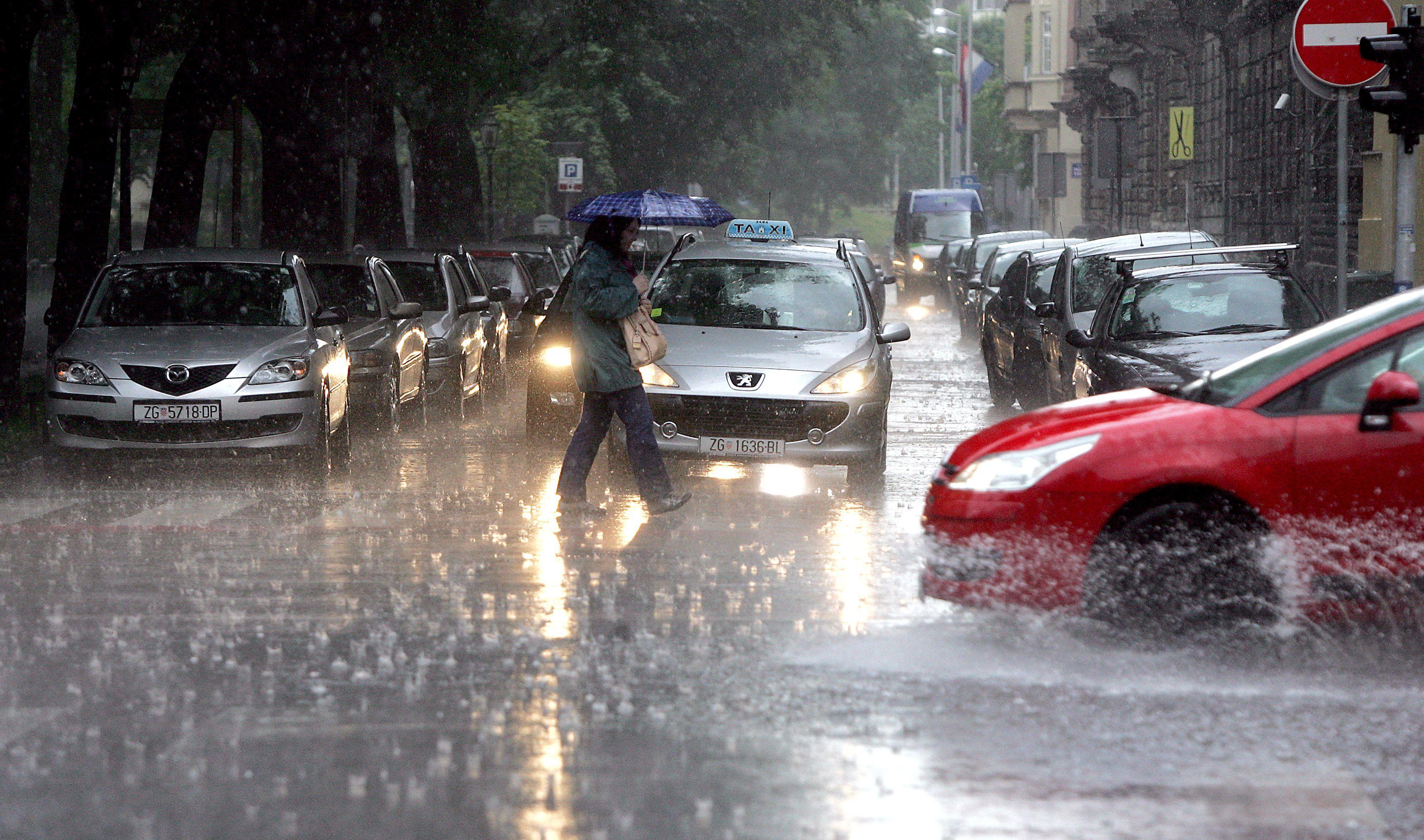 KARLOVAC Nevrijeme s obilnom kišom, poplavljeni pothodnici i podrumi, zastoji u prometu