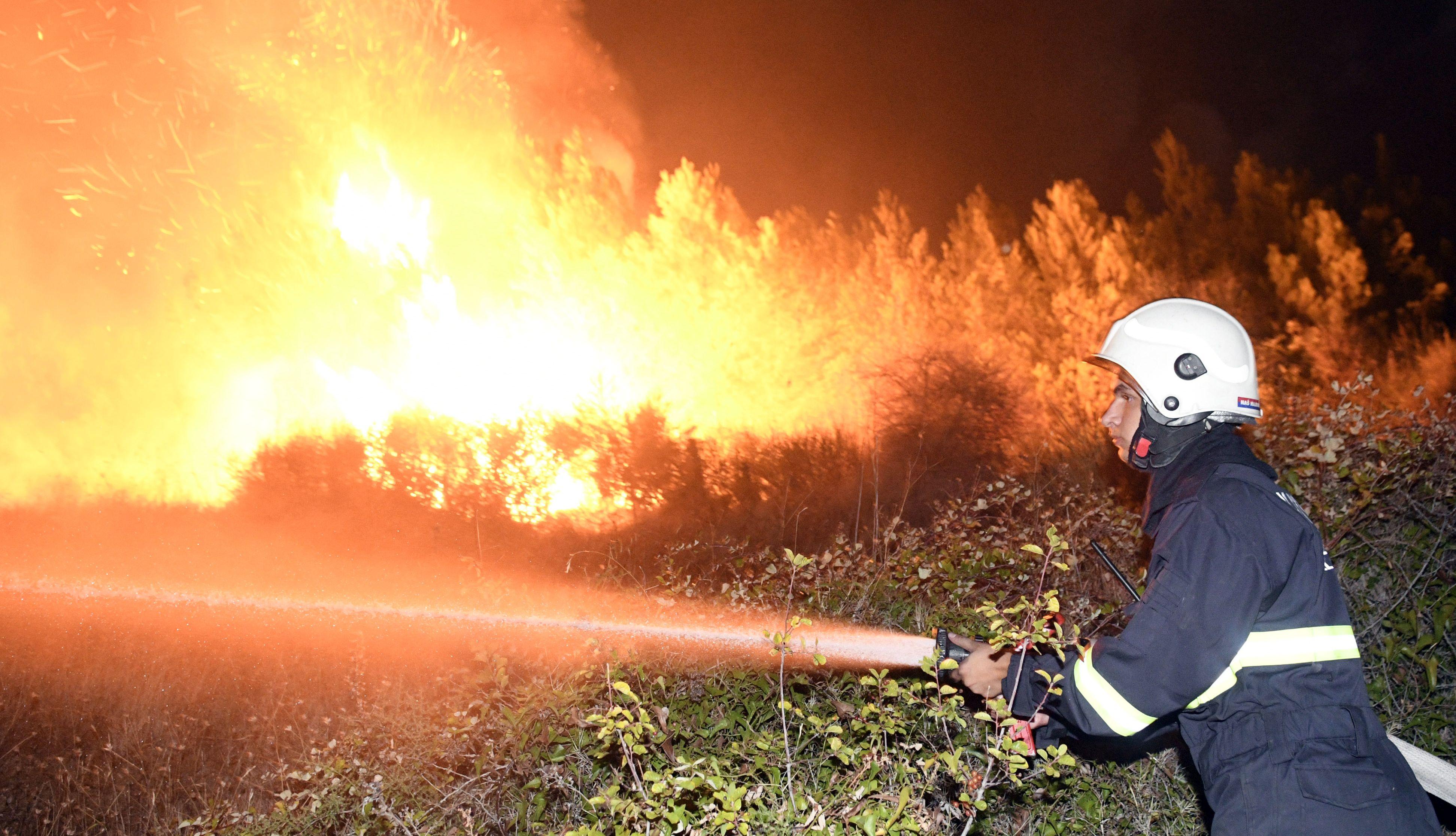 Na požarištu kod Omiša angažirano 98 pripadnika kopnenih snaga