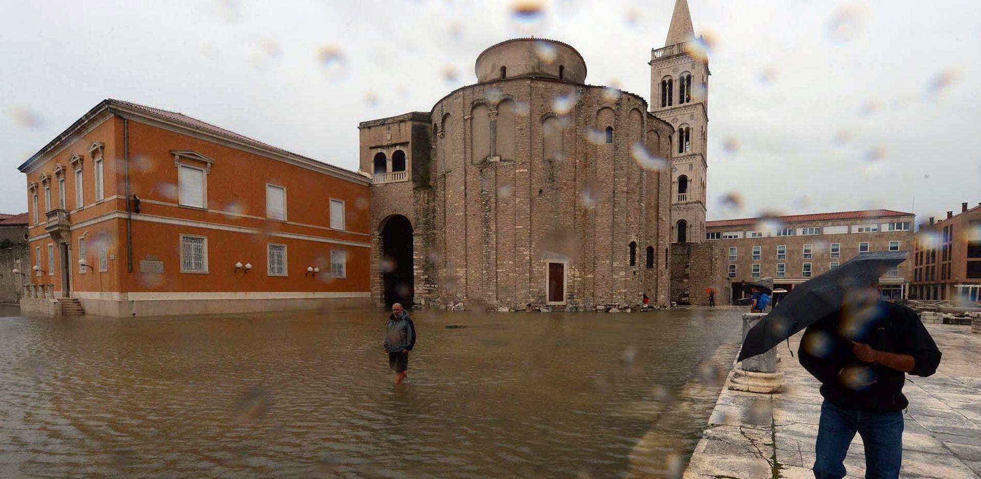 Zadarski Stožer: 70 timova vatrogasaca i HV-a crpe vodu iz poplavljenih objekata