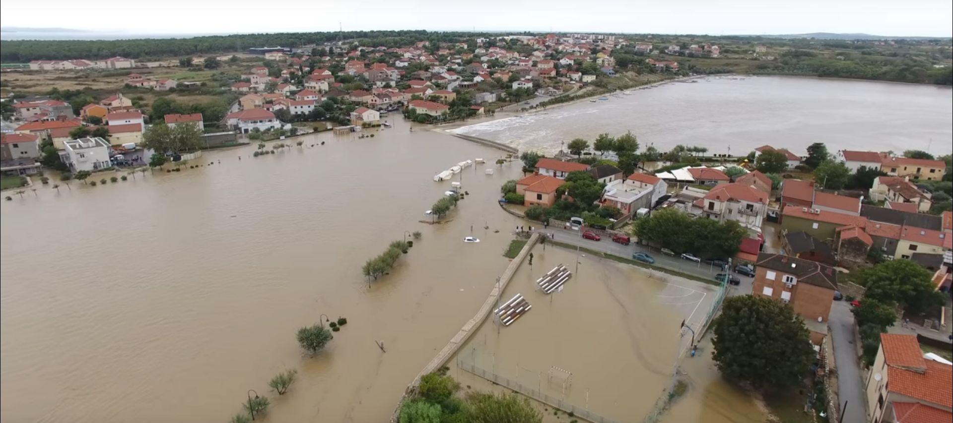 NIN Proglašeno izvanredno stanje, amfibija izvlači potopljena vozila