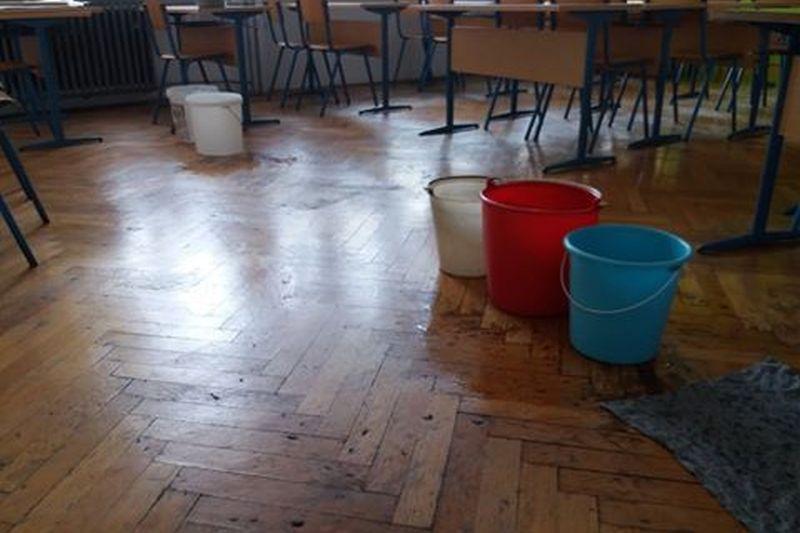 """FOTO: POPLAVLJENA ŠKOLA U ŠIBENIKU """"Stanje je u školi pomalo jezivo, spremačice gase svjetlo drškom metle"""""""
