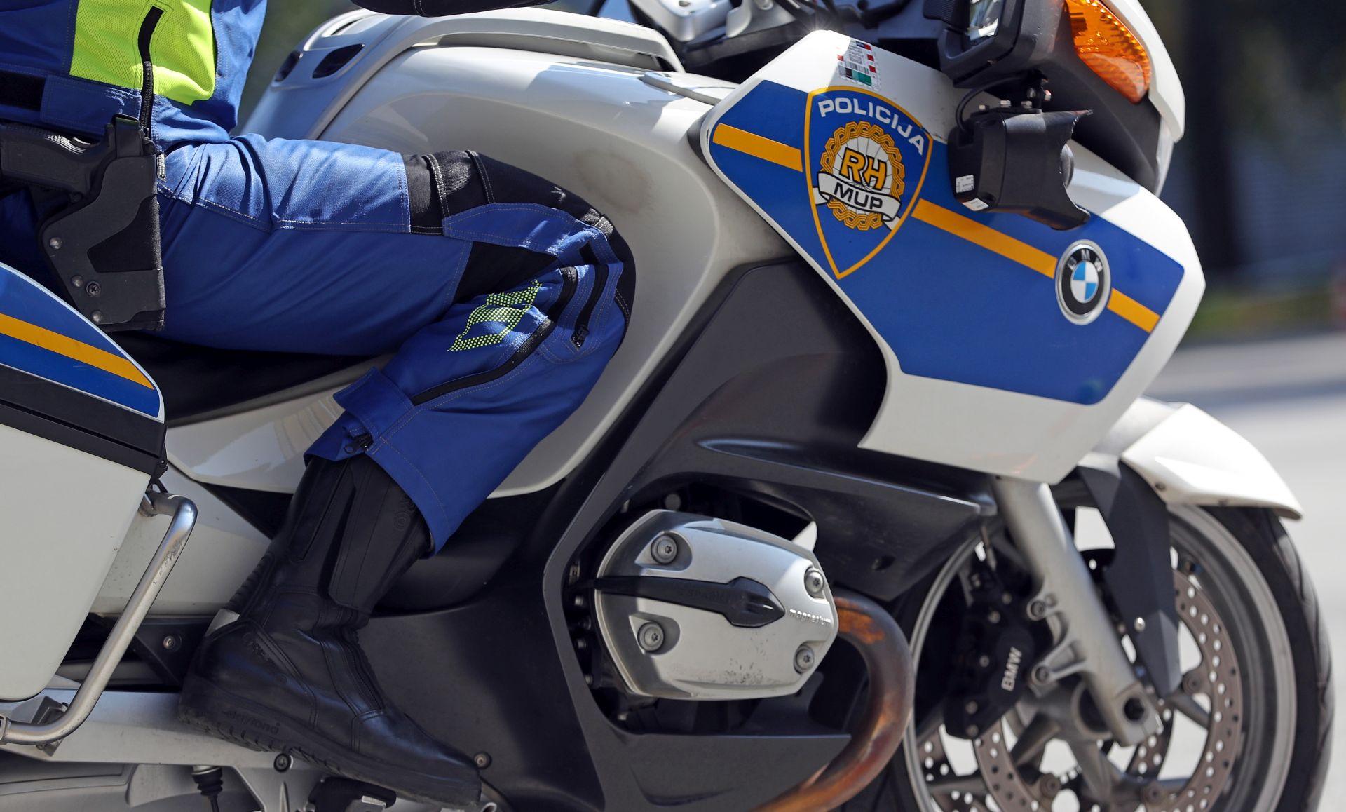JARUGE Motociklist poginuo pretječući tegljač