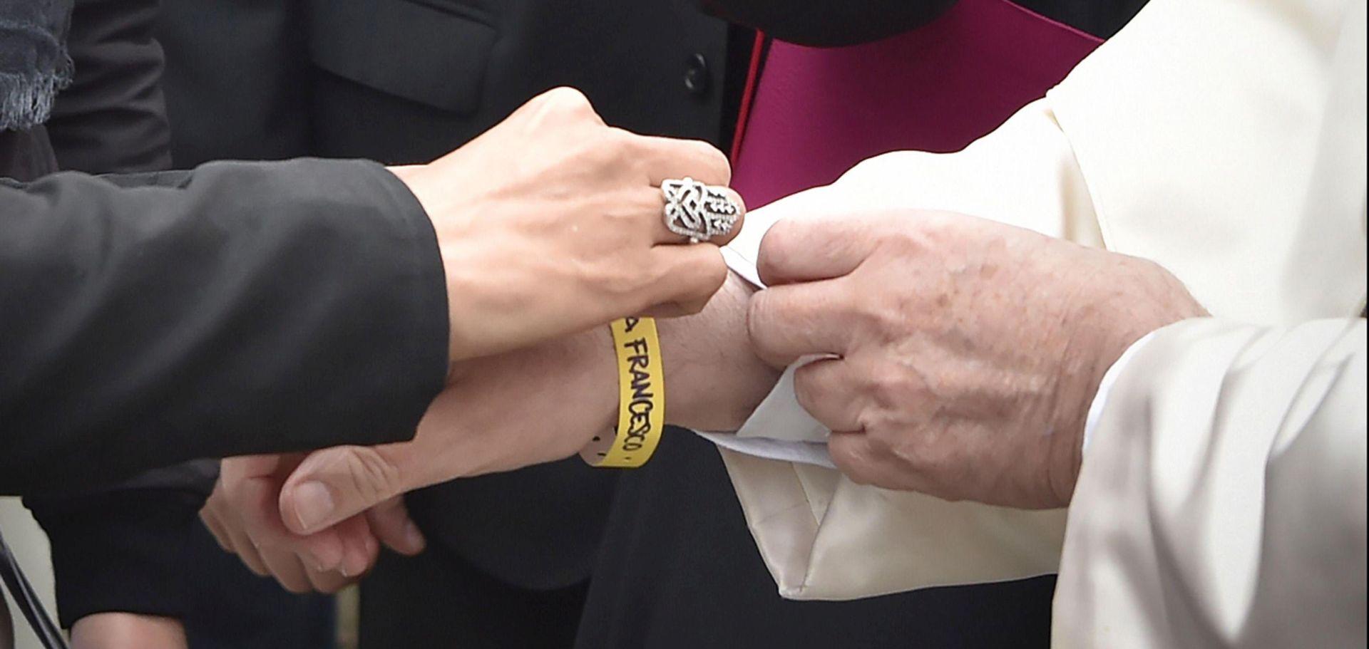 Papa Franjo nosio identifikacijsku narukvicu kako bi senzibilizrao javnost za položaj migranata